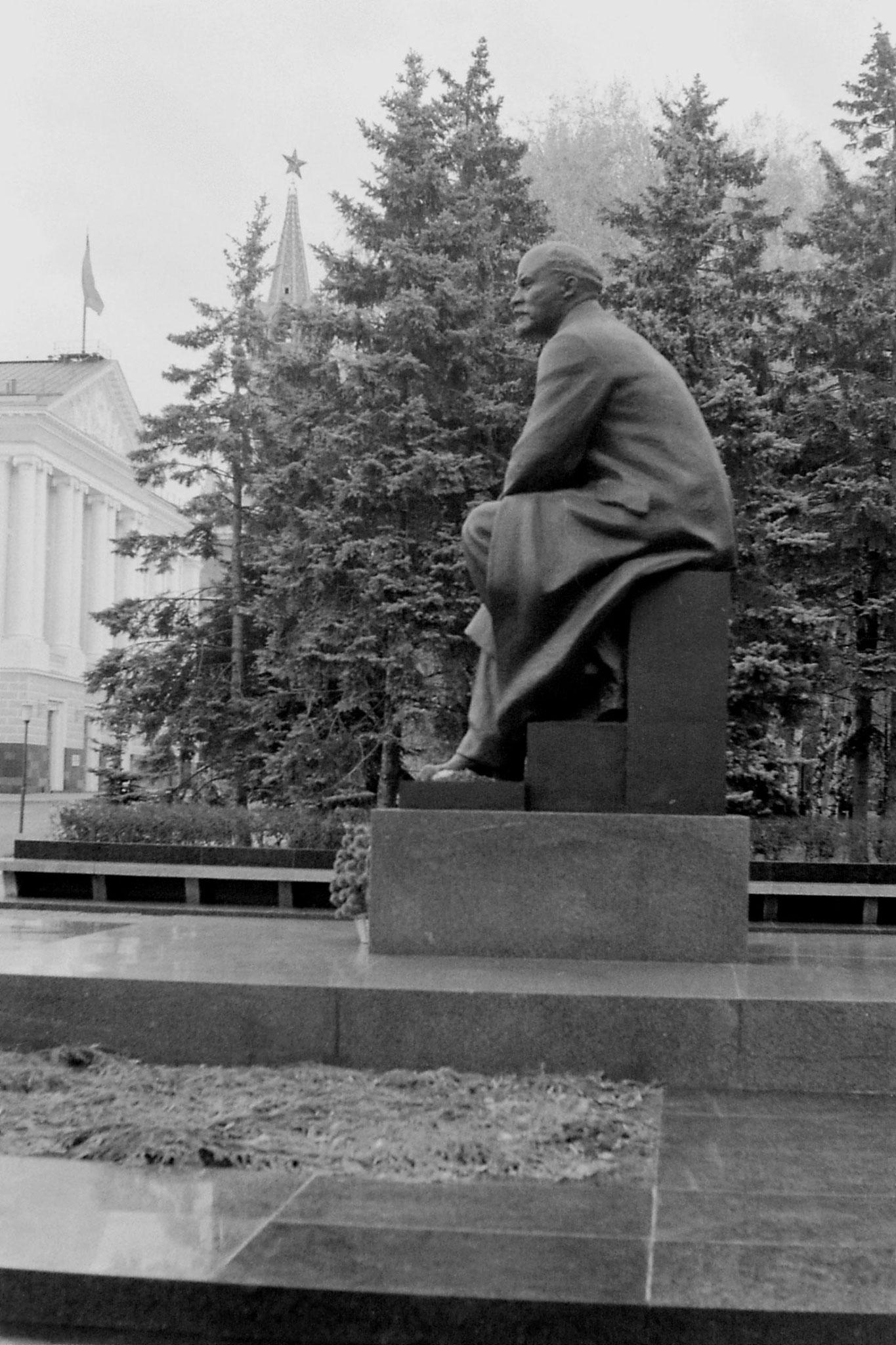 17/10/1988: 35: Lenin statue