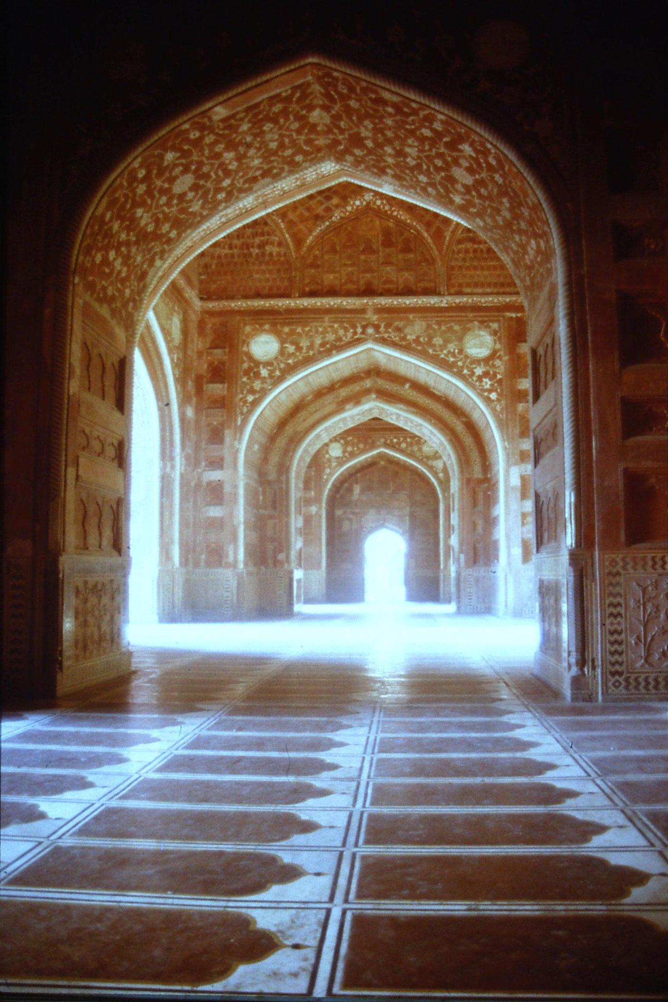 109/9: 31/3/1990 Mosque at Taj