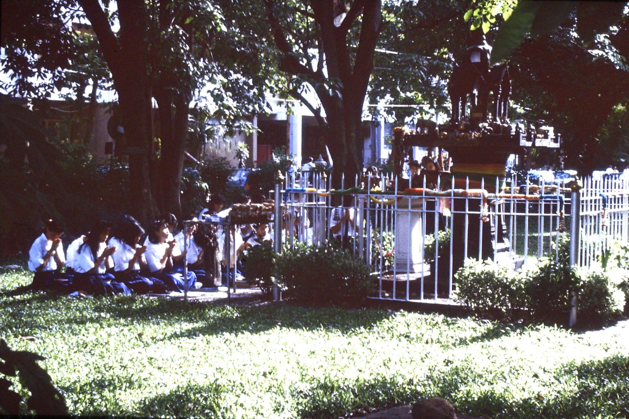 15/6/1990: 9: Bangkok students praying