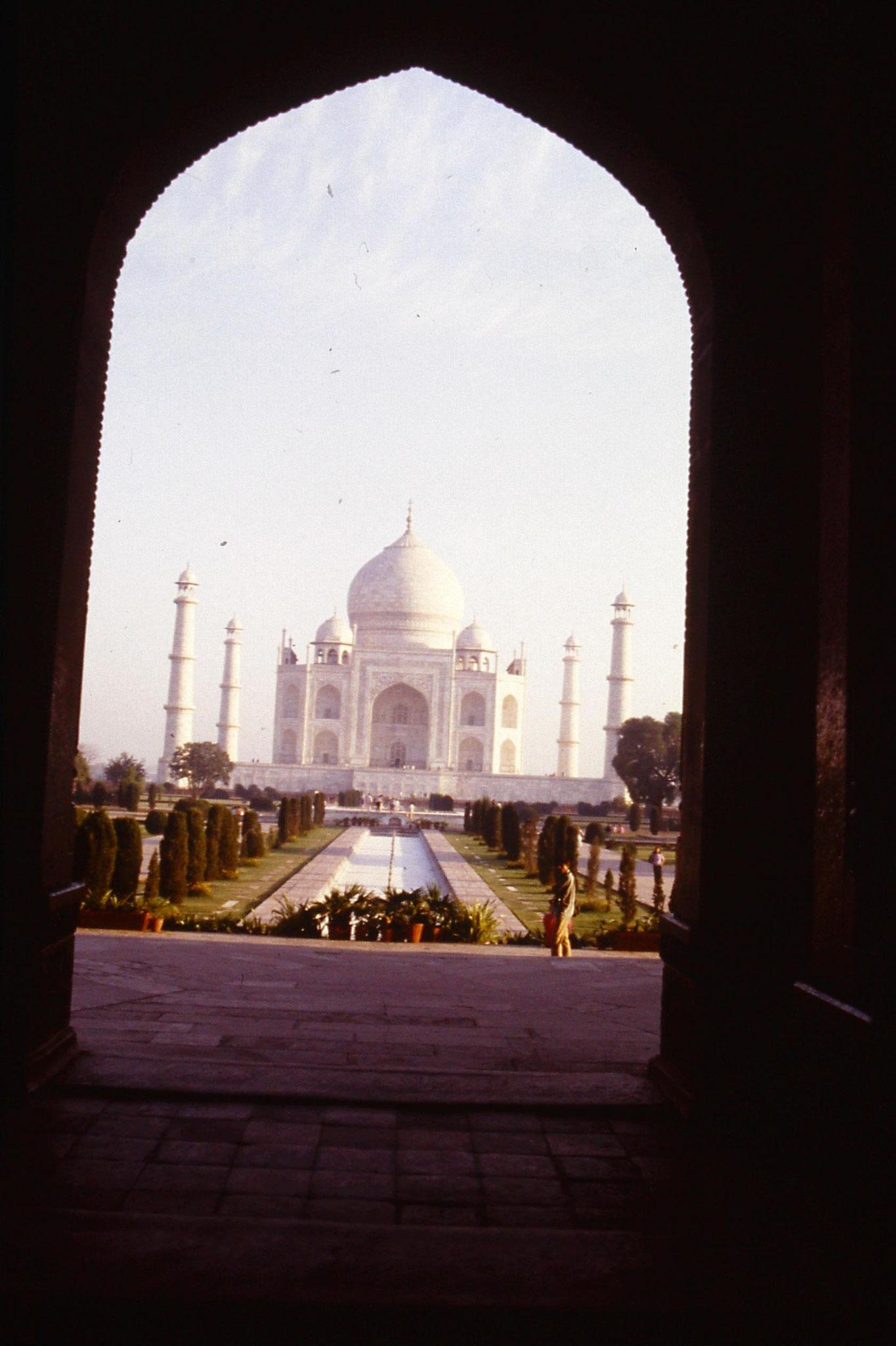 109/8: 31/3/1990 Taj framed by entrance gate