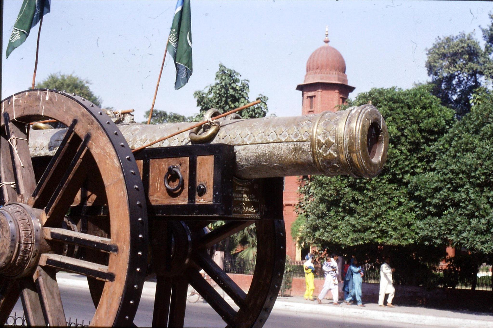 10/11/1989: Lahore, Kim's gun