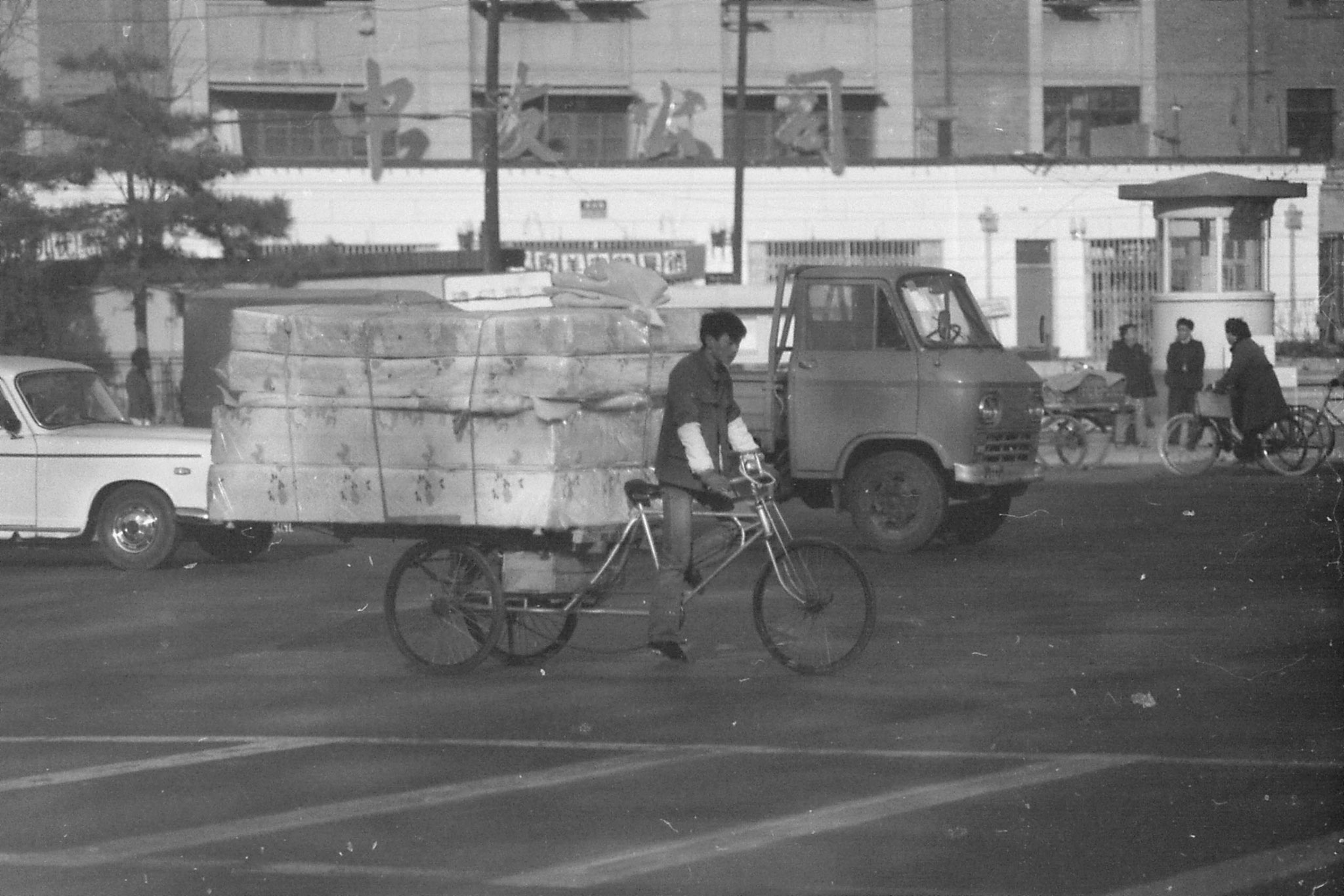 23/11/1988: 1: street scenes outside Friendship Hotel