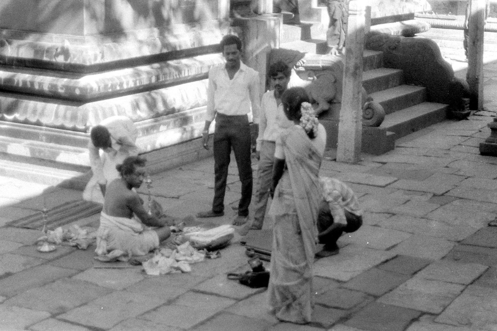19/1/90: 14: Kanchipuram - Ekambareswarar temple - priest making wedding preparations