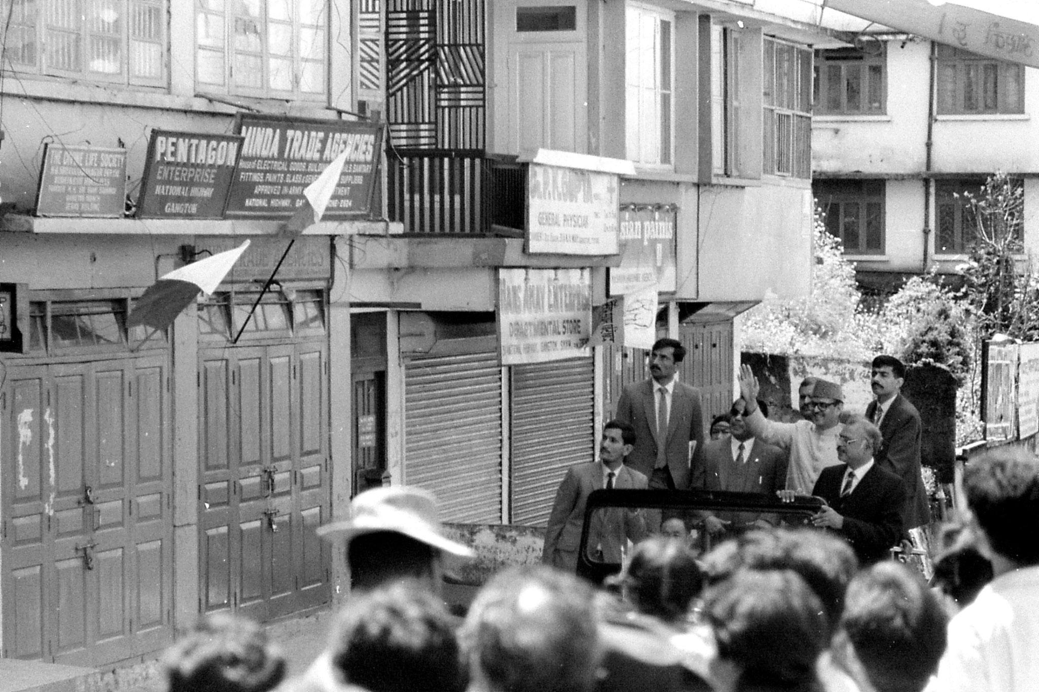 22/4/1990: 27: V P Singh in jeep