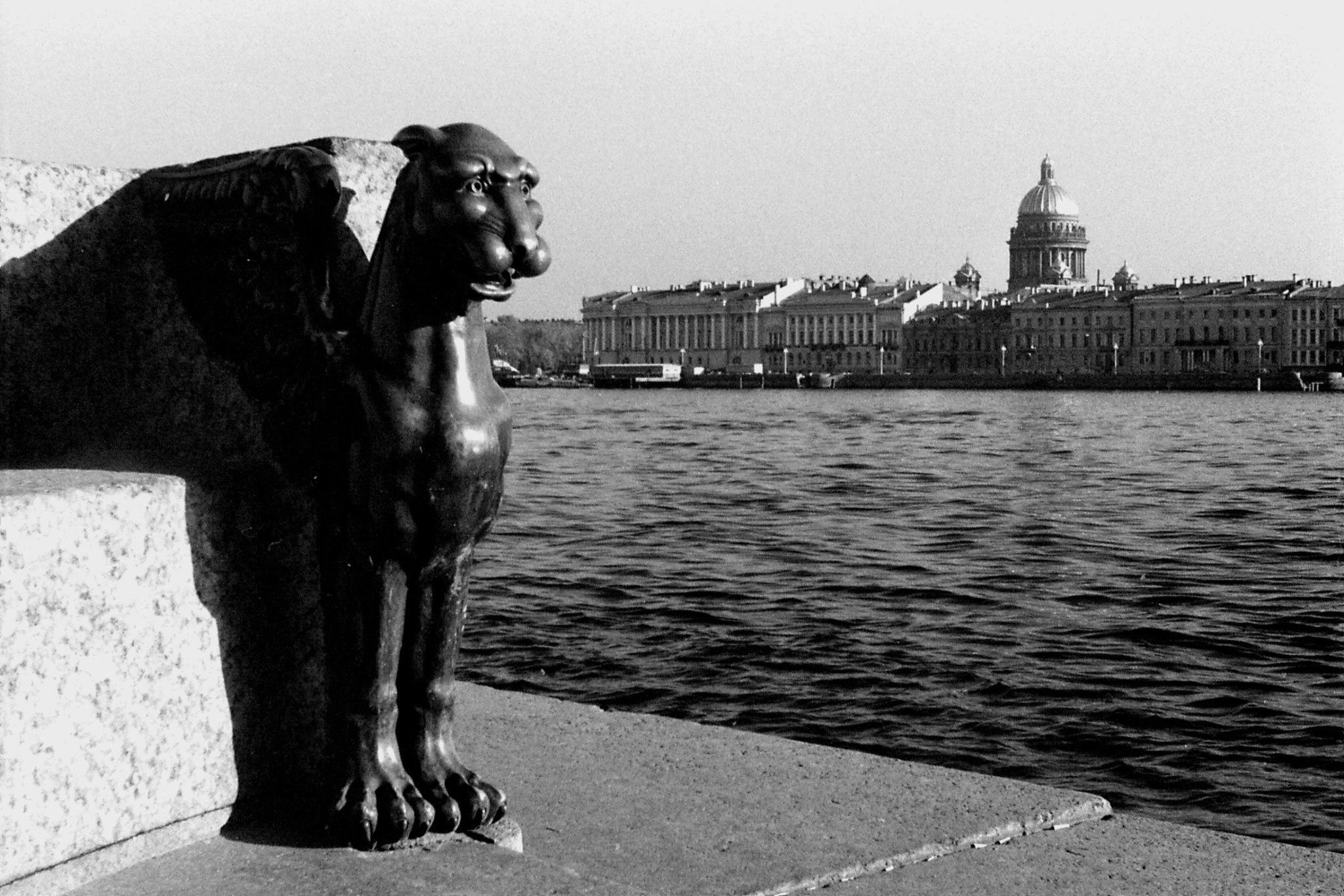 13/10/1988: 11: Griffin in front of Art Academy, Isaac cathedral across river