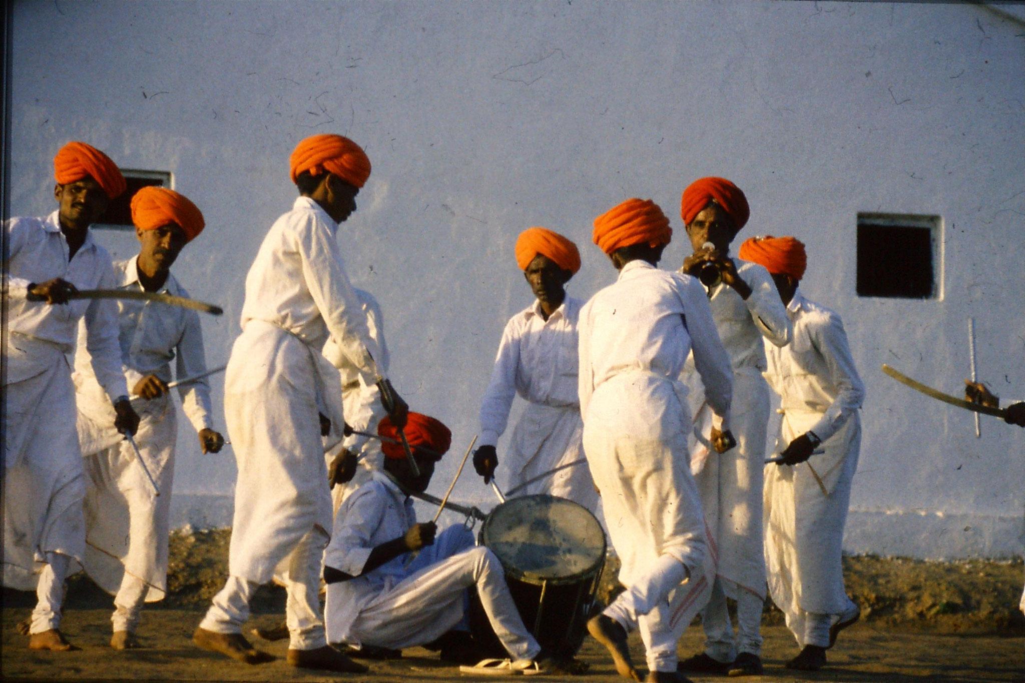 8/12/1989: 28: Udaipur Shilp Gram Craft Centre dancing