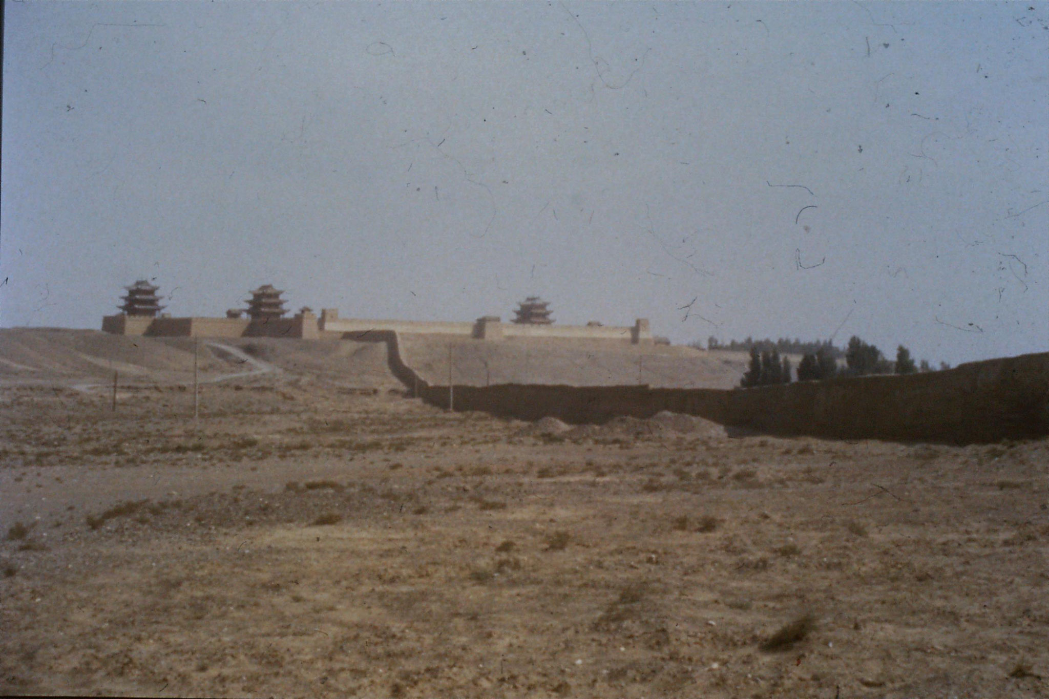 24/8/1989:18: Jiayuguan, end of wall, looking towards Qilian Shan