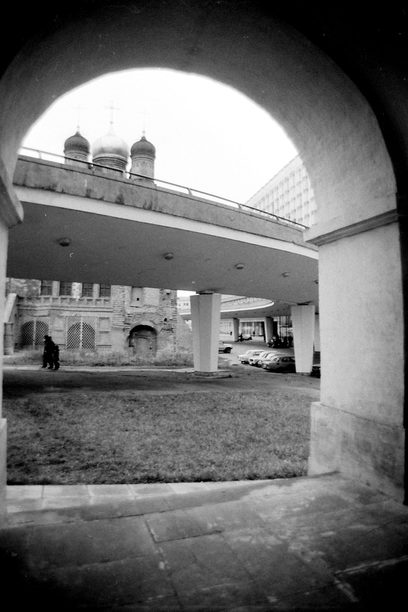 17/10/1988: 6: houses and churches in front of hotel