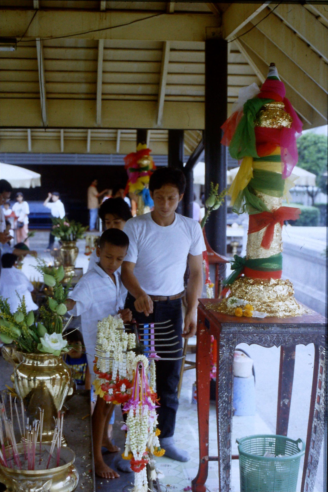 20/5/1990: 7: Bangkok paying respects at City Pillar