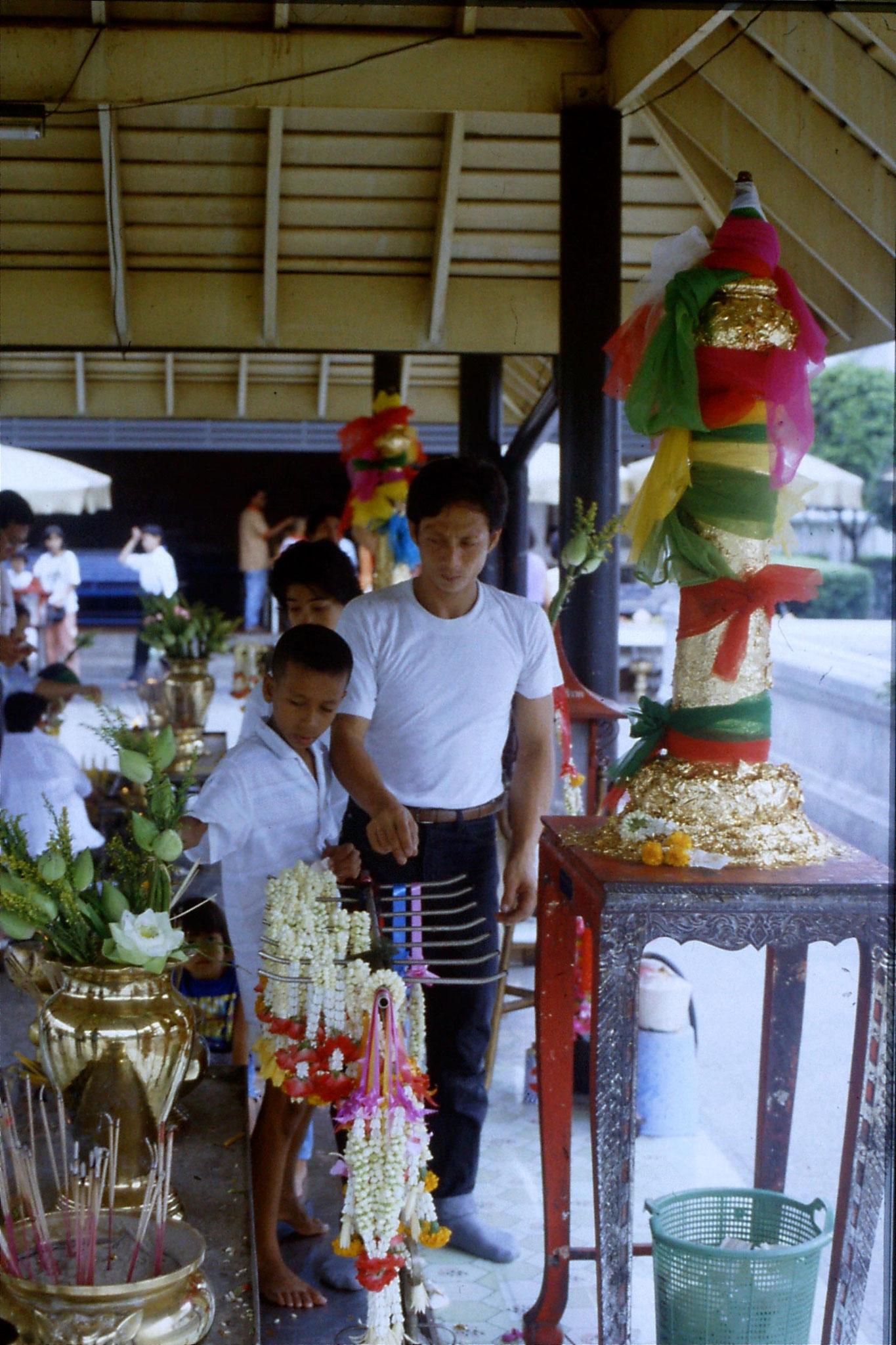 20/5/1990: 7: Bangkok paying respects at City Pillar