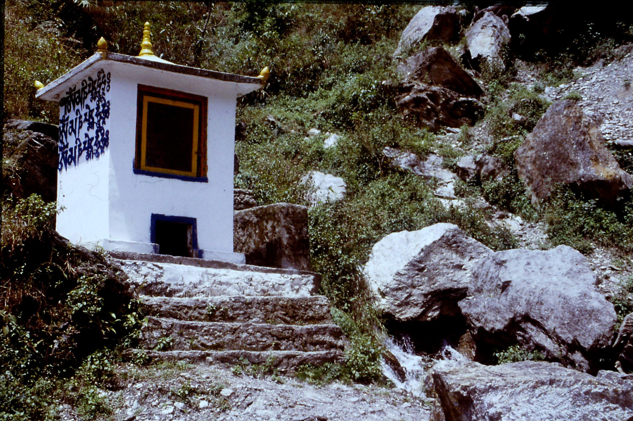 115/20: 25/4/1990 On the road to Phodang - water driven prayer wheel