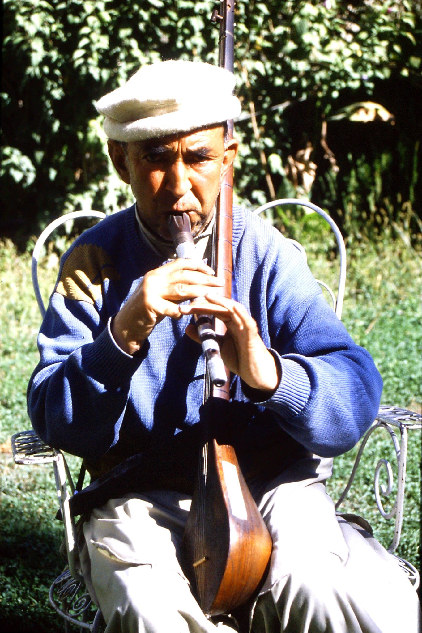 9/10/1989: 1: Gilgit, musician in Hunza Inn with sitar and utek
