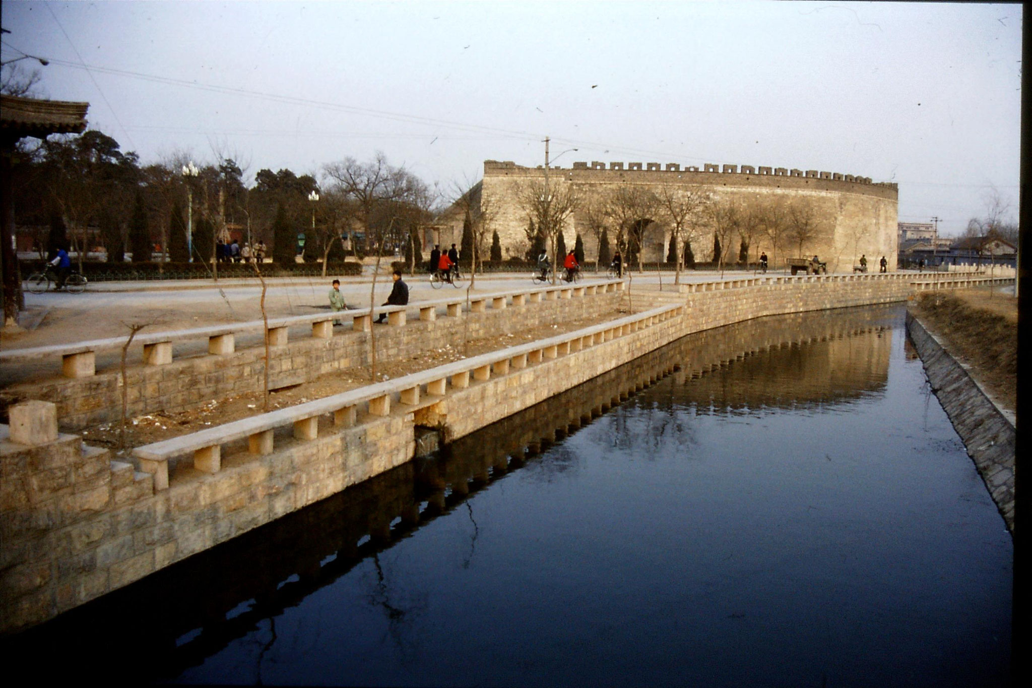19/2/1989: 28: Qufu city gate and moat at sunset