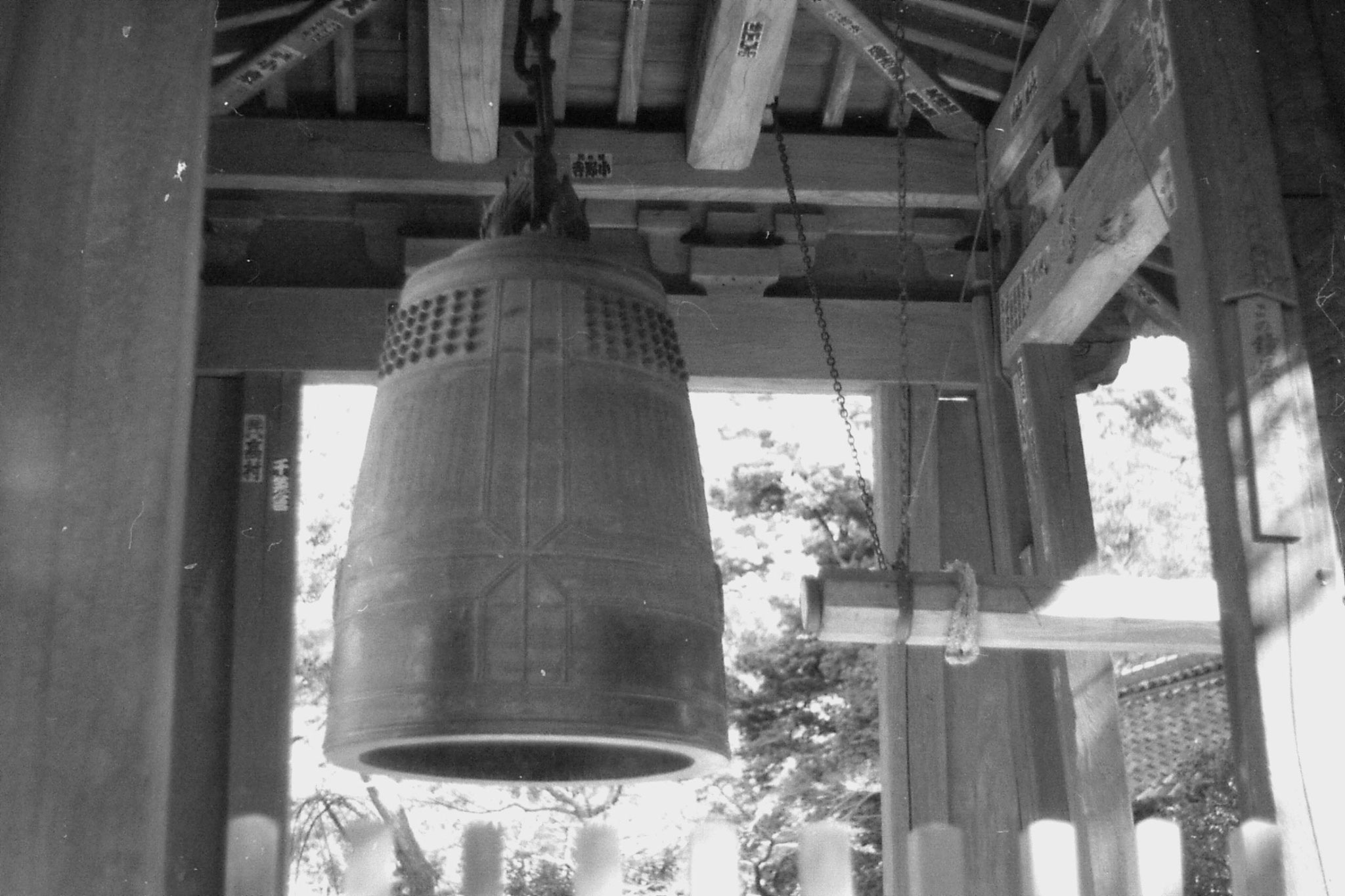 29/1/1989: 32:bell at Kenchoji temple with good luck stickers