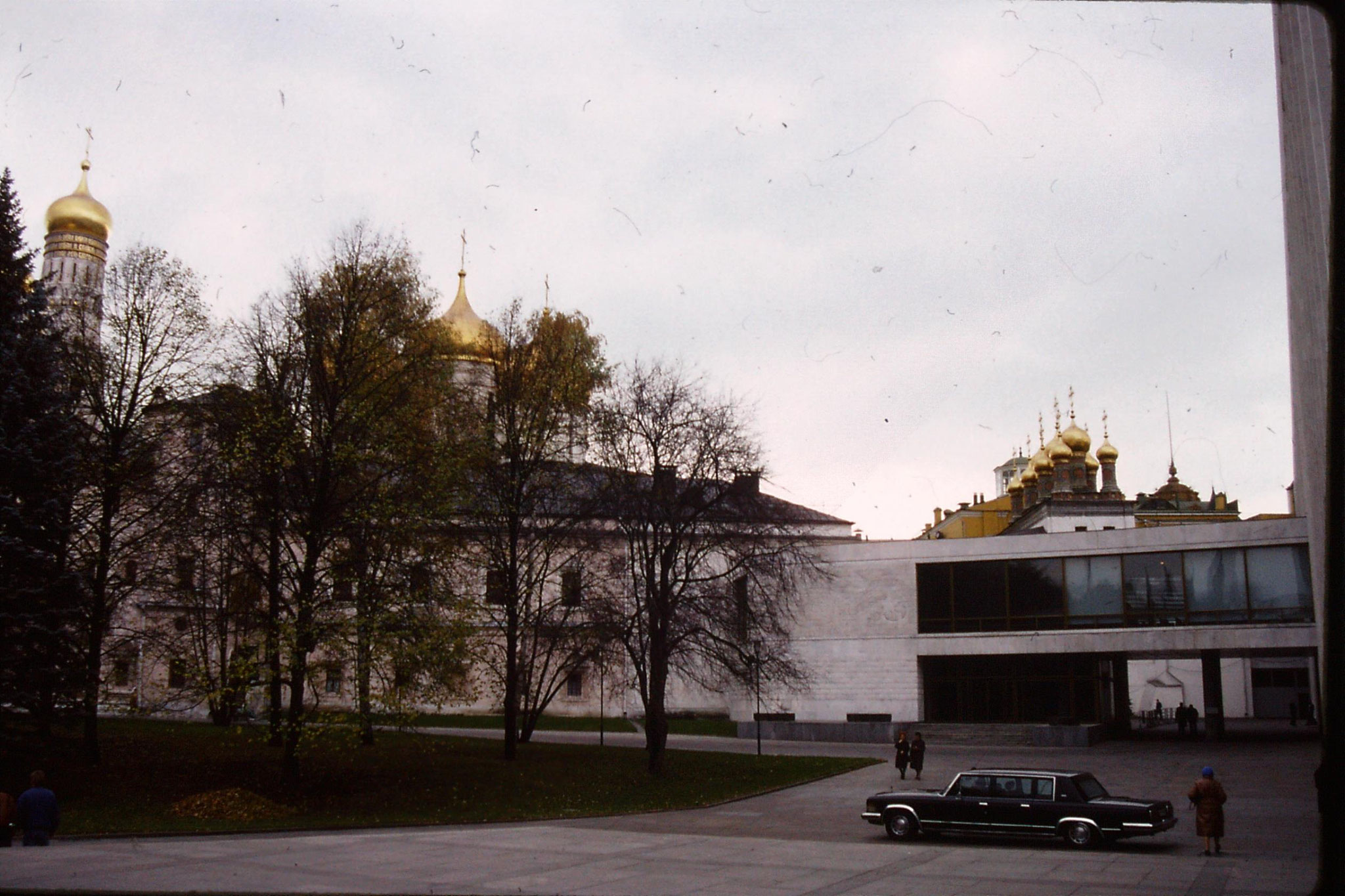 17/10/1988: 6: Kremlin, limo outside Palace of Congresses