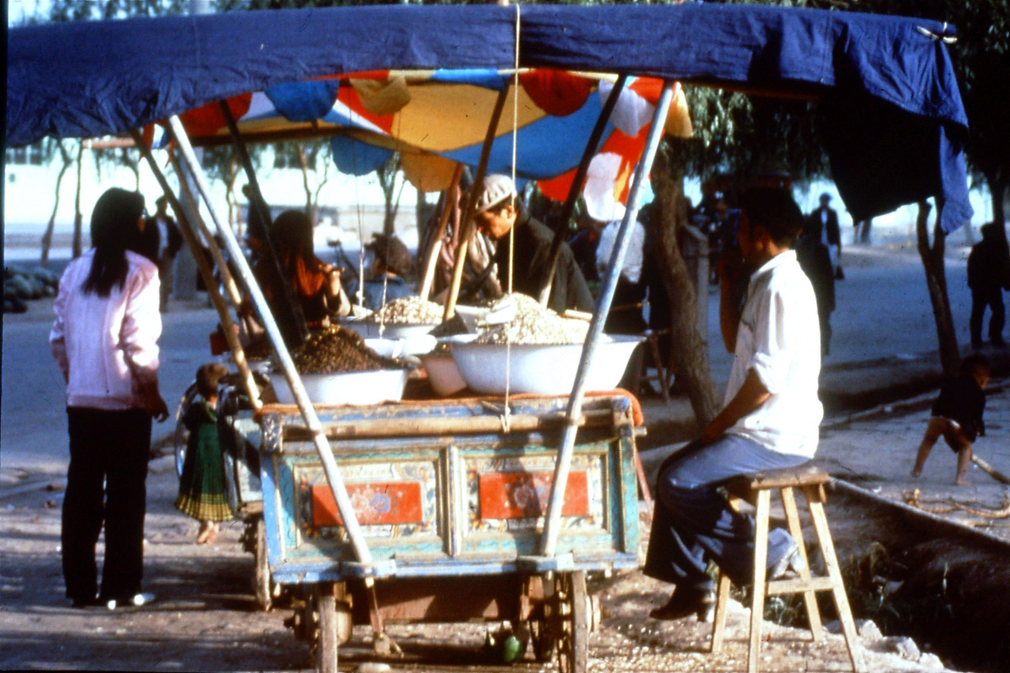 6/9/1989:7: foodstalls at breakfast stop