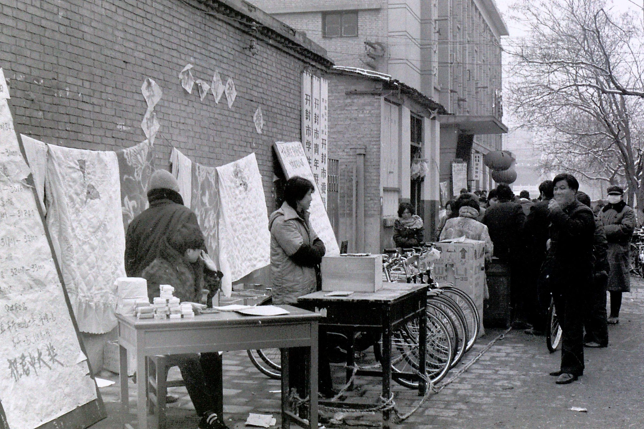 25/2/1989: 0: Kaifeng, street lottery outside Xiangguo Monastery