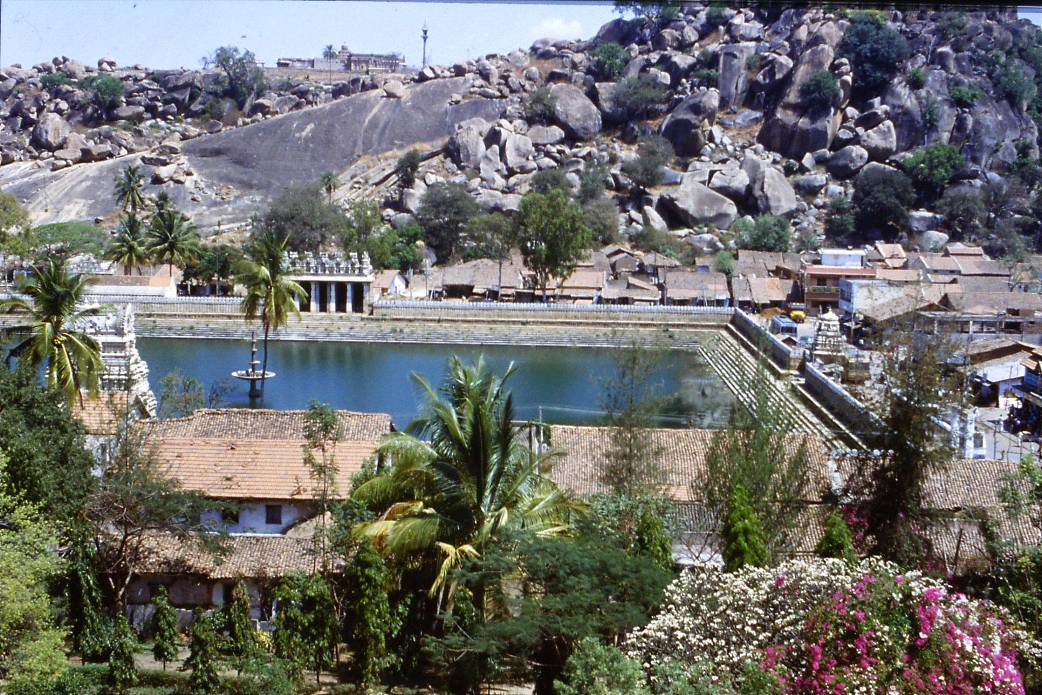 108/14: 13/3/1990 Sravanabelagola - tank, temple on hill behind