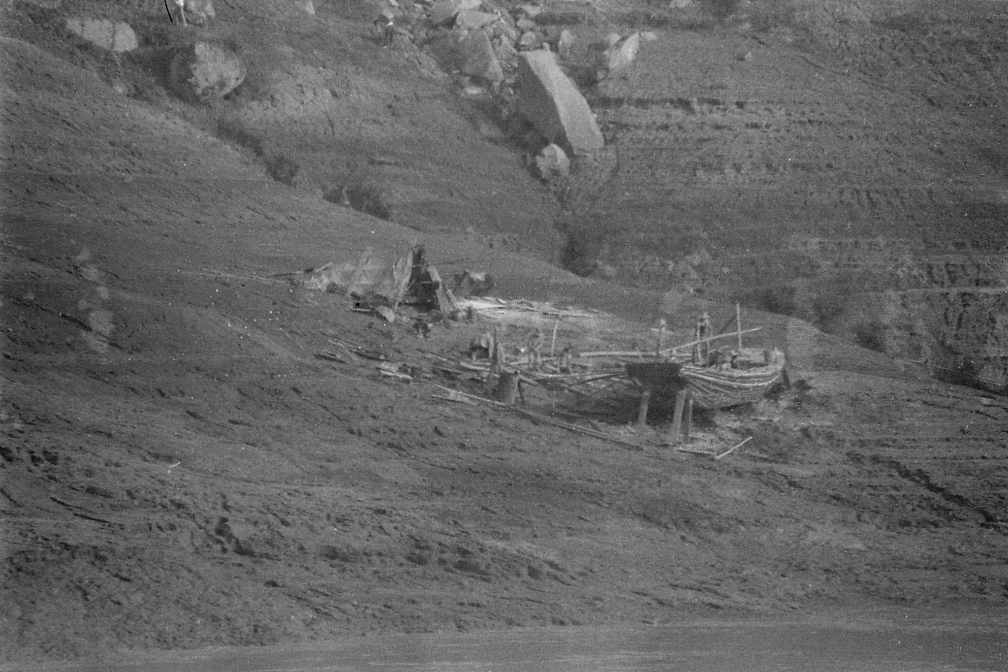 11/8/1989: 23: 0900hrs boat builders on north bank just below Wanxian