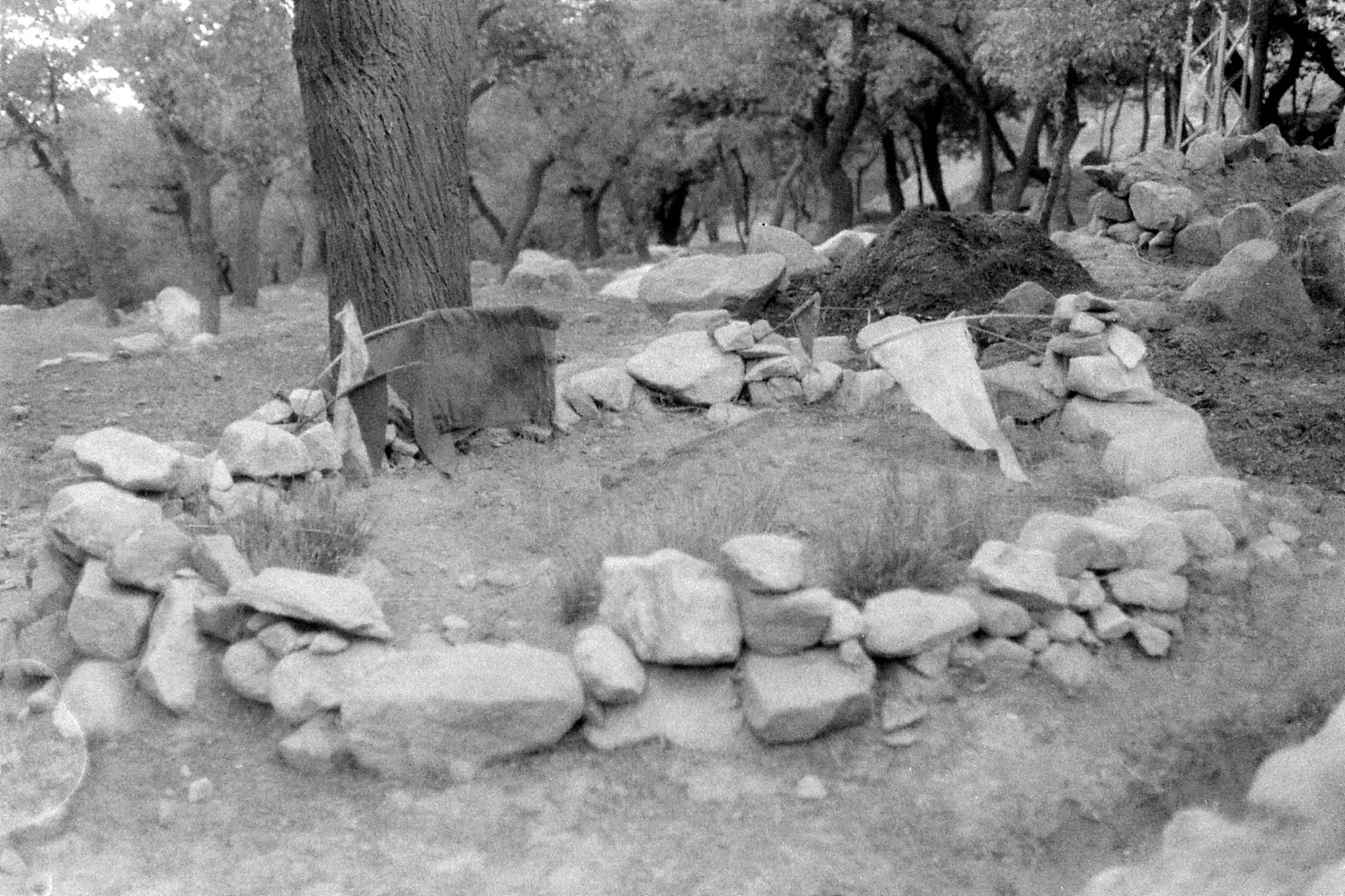 18/10/1989: 4: grave with flags on just before Machulu