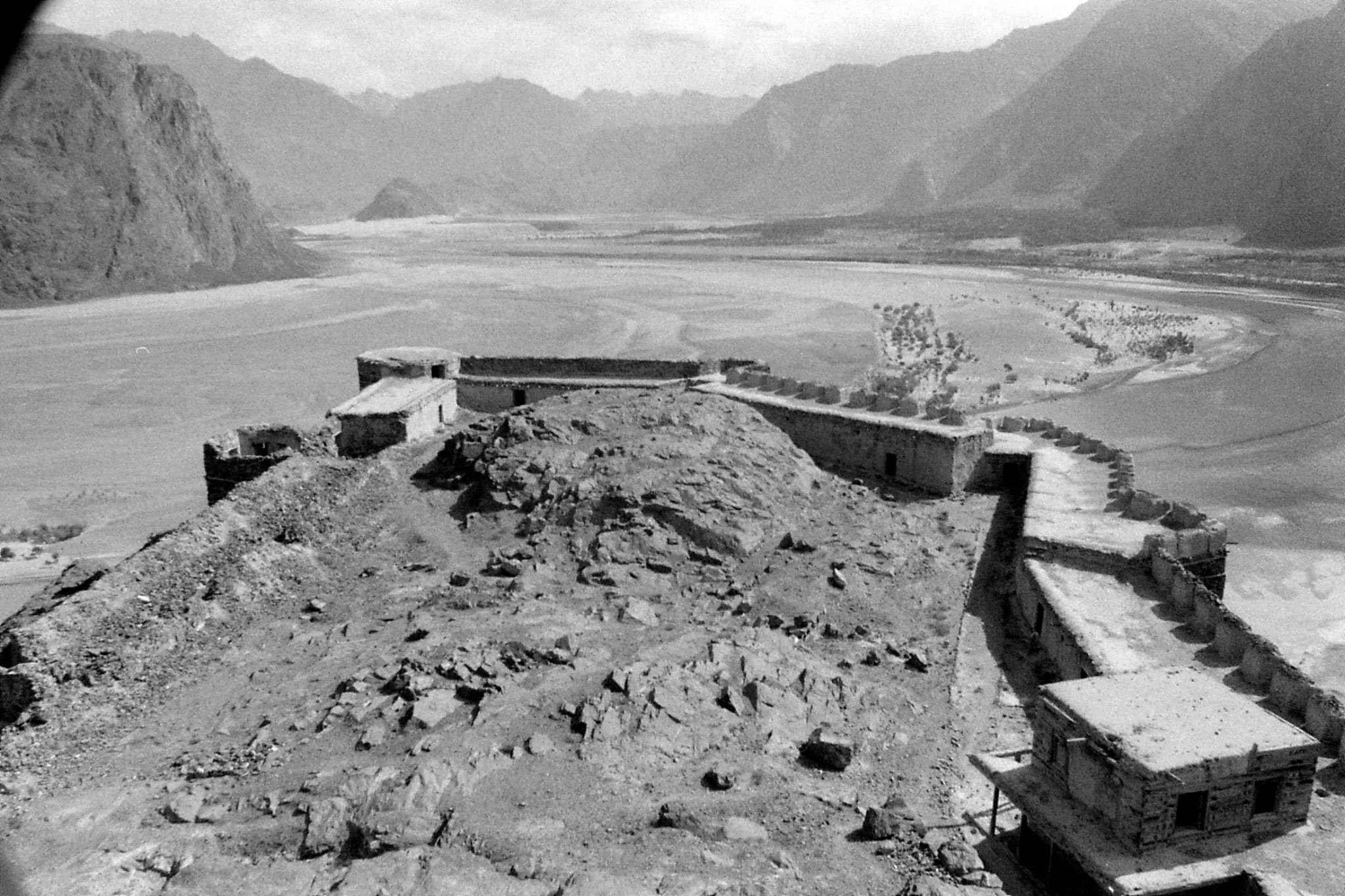 10/10/1989: 8: Skardu fort and Indus looking east