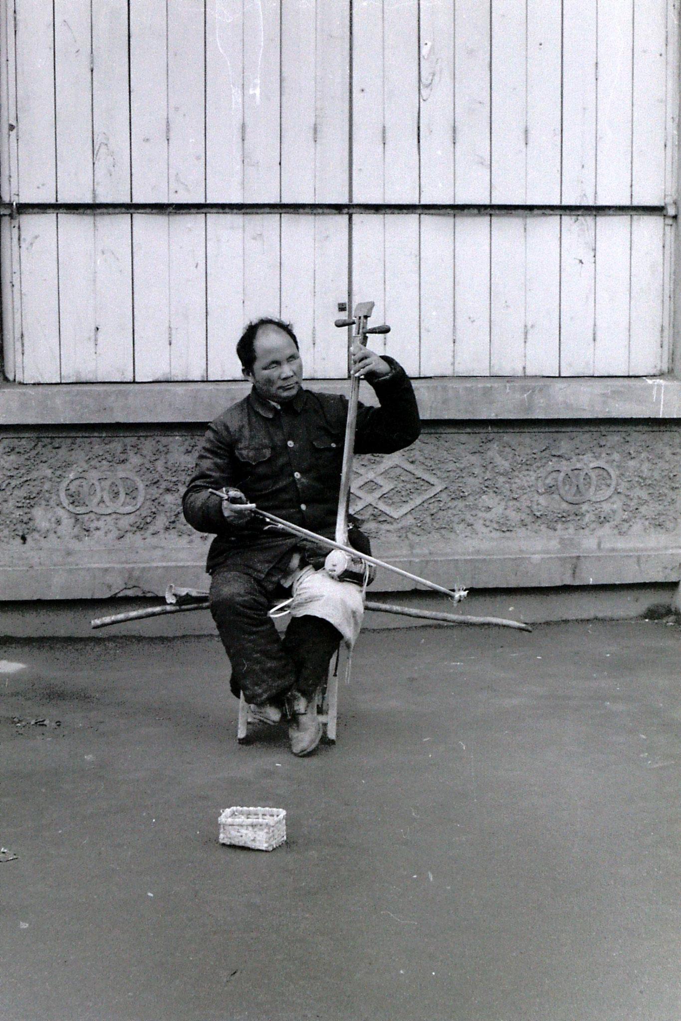 25/2/1989: 1: Kaifeng, blind street musician