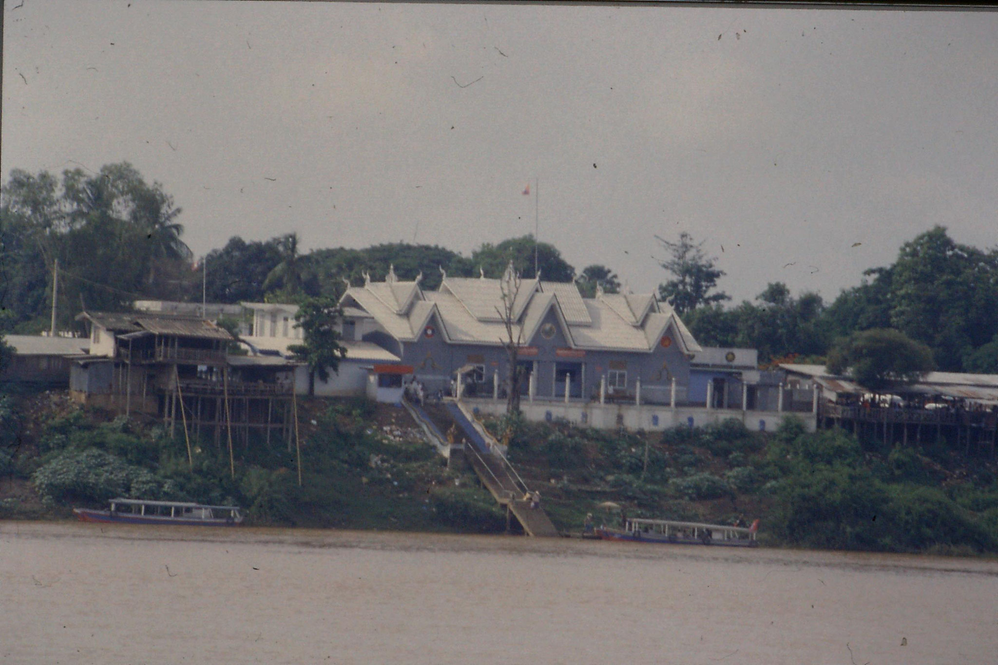 29/5/1990: 15: Laotian border point across Mekong