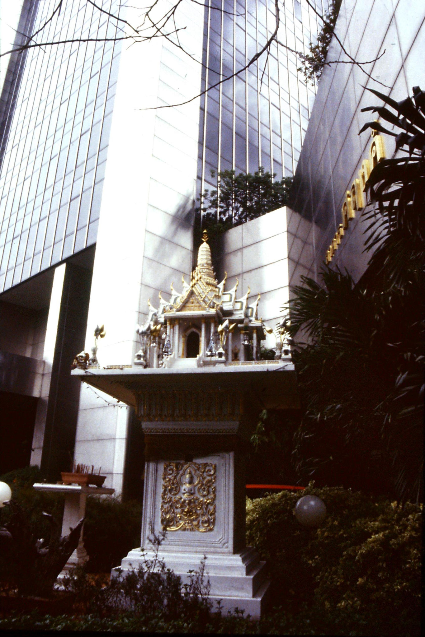 16/6/1990: 10: Bangkok spirit home outside bank
