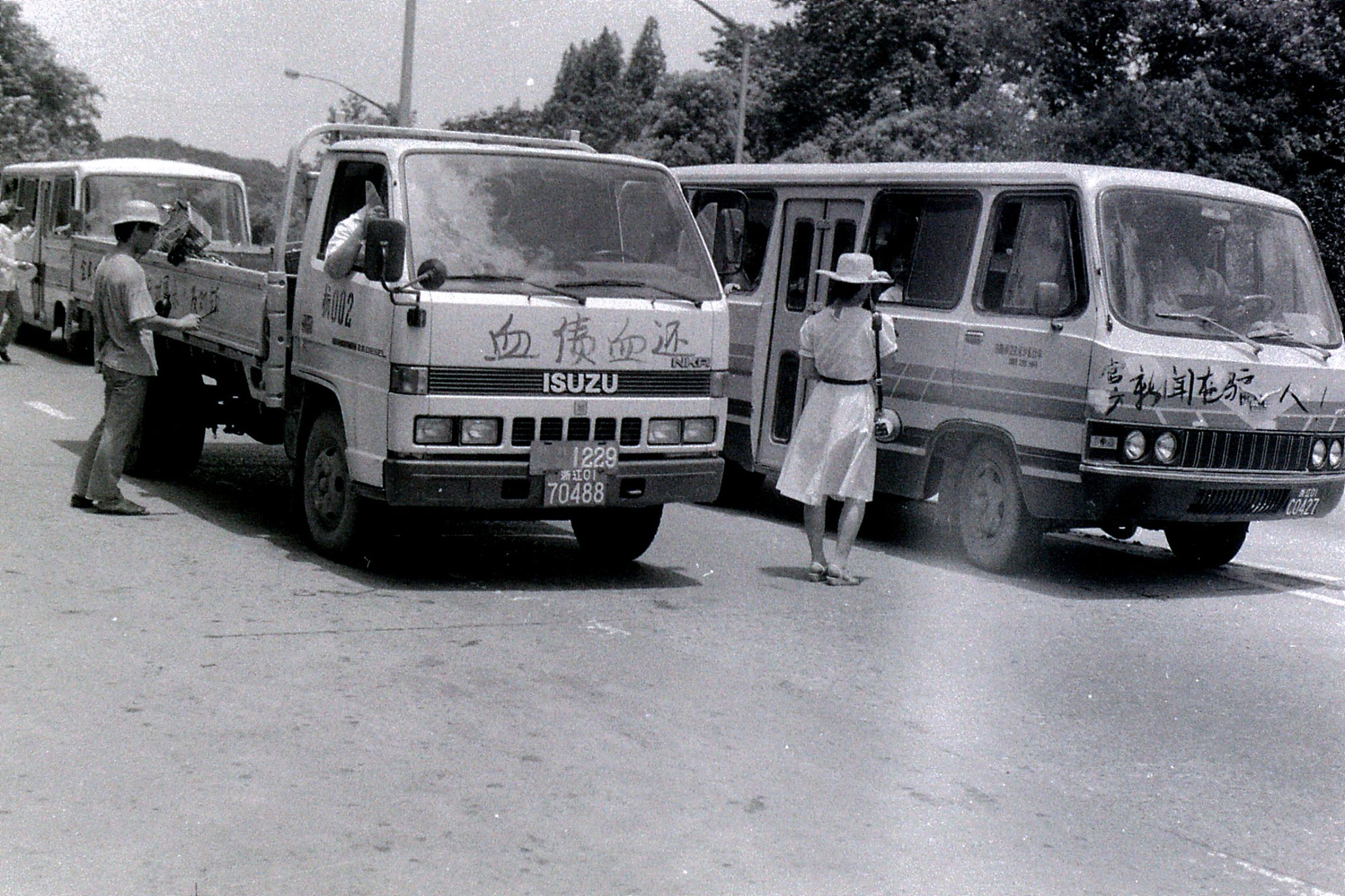 8/6/1989: 5: SW corner of Xi Hu, roadblock and painted vehicles, leaflets, money collection