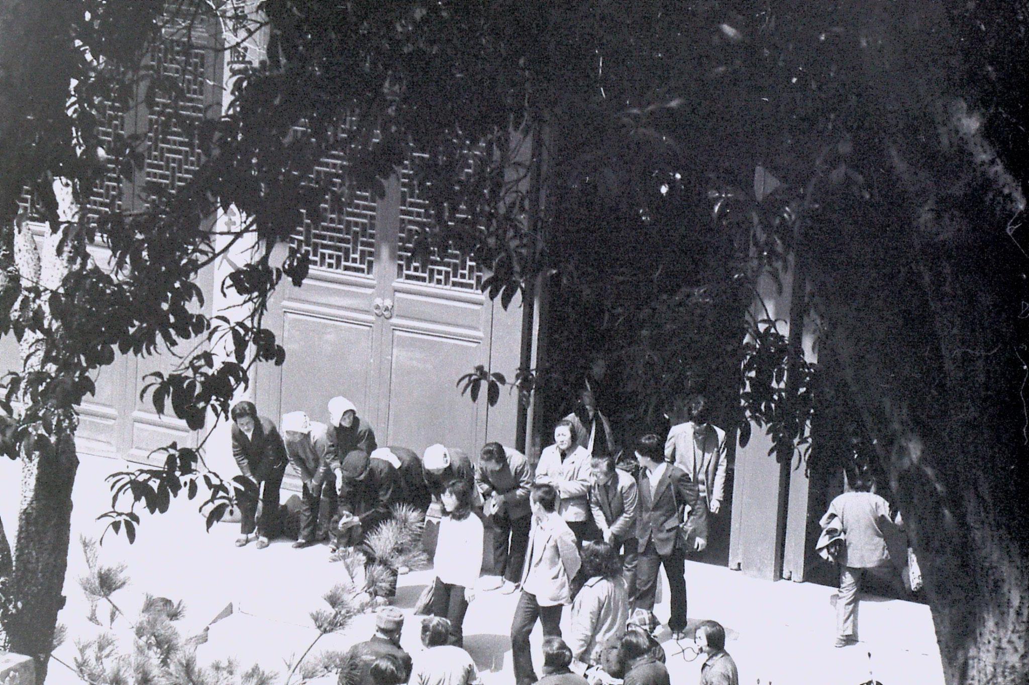 27/3/1989: 7: Lingu Temple pilgrims