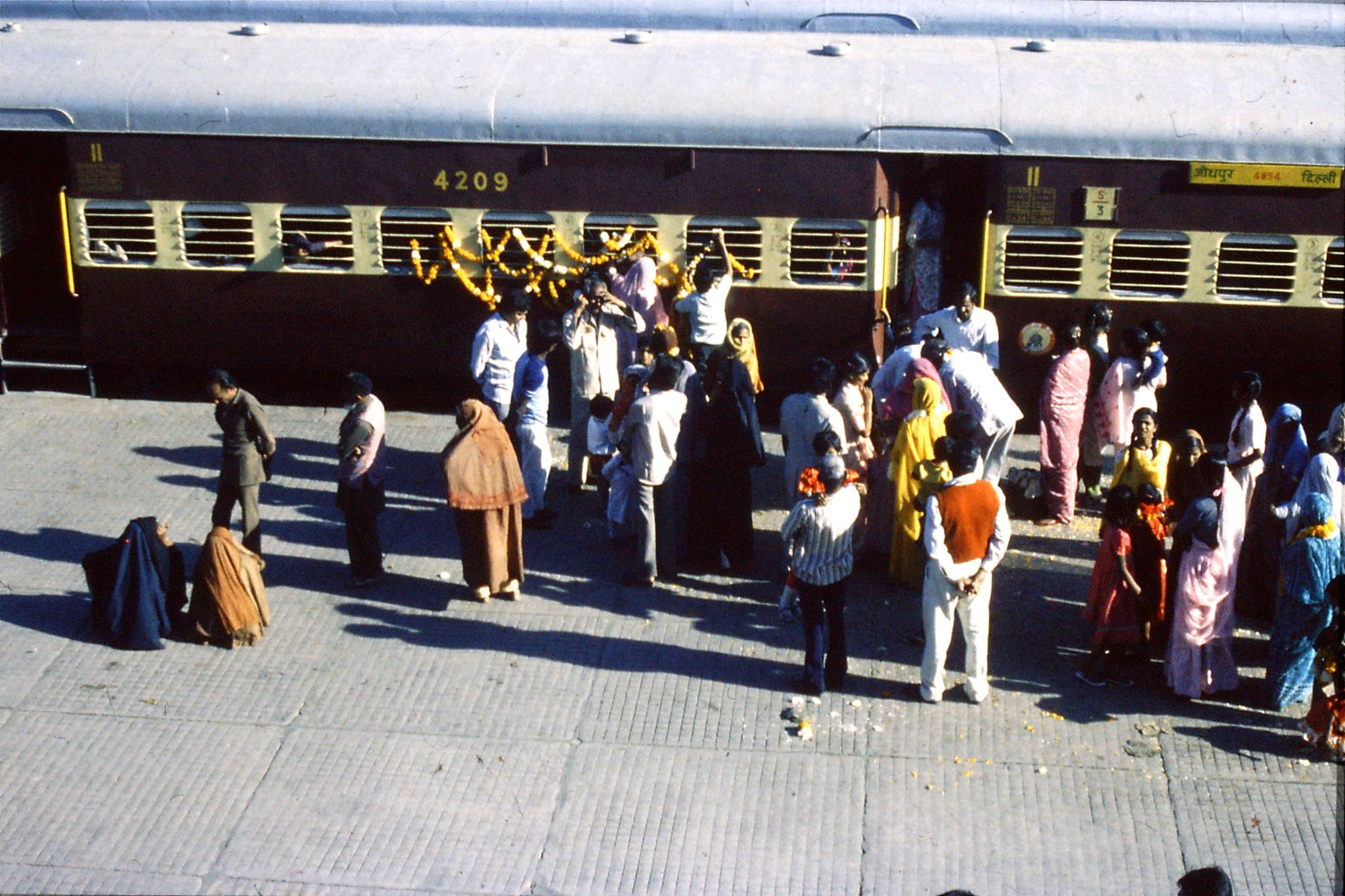 29/11/1989: 14: Jodhpur wedding party boarding train