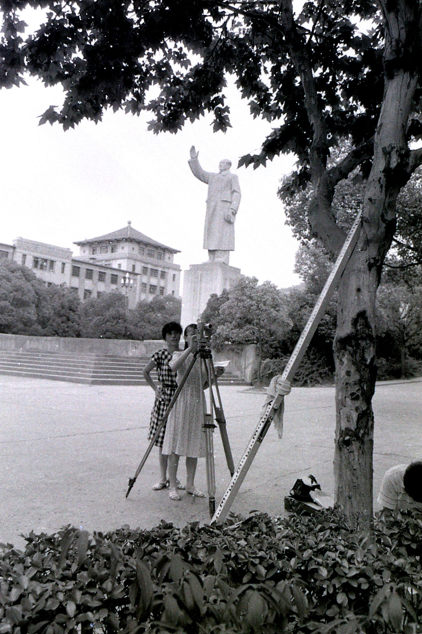 20/7/1989: 18: surveyors and Mao