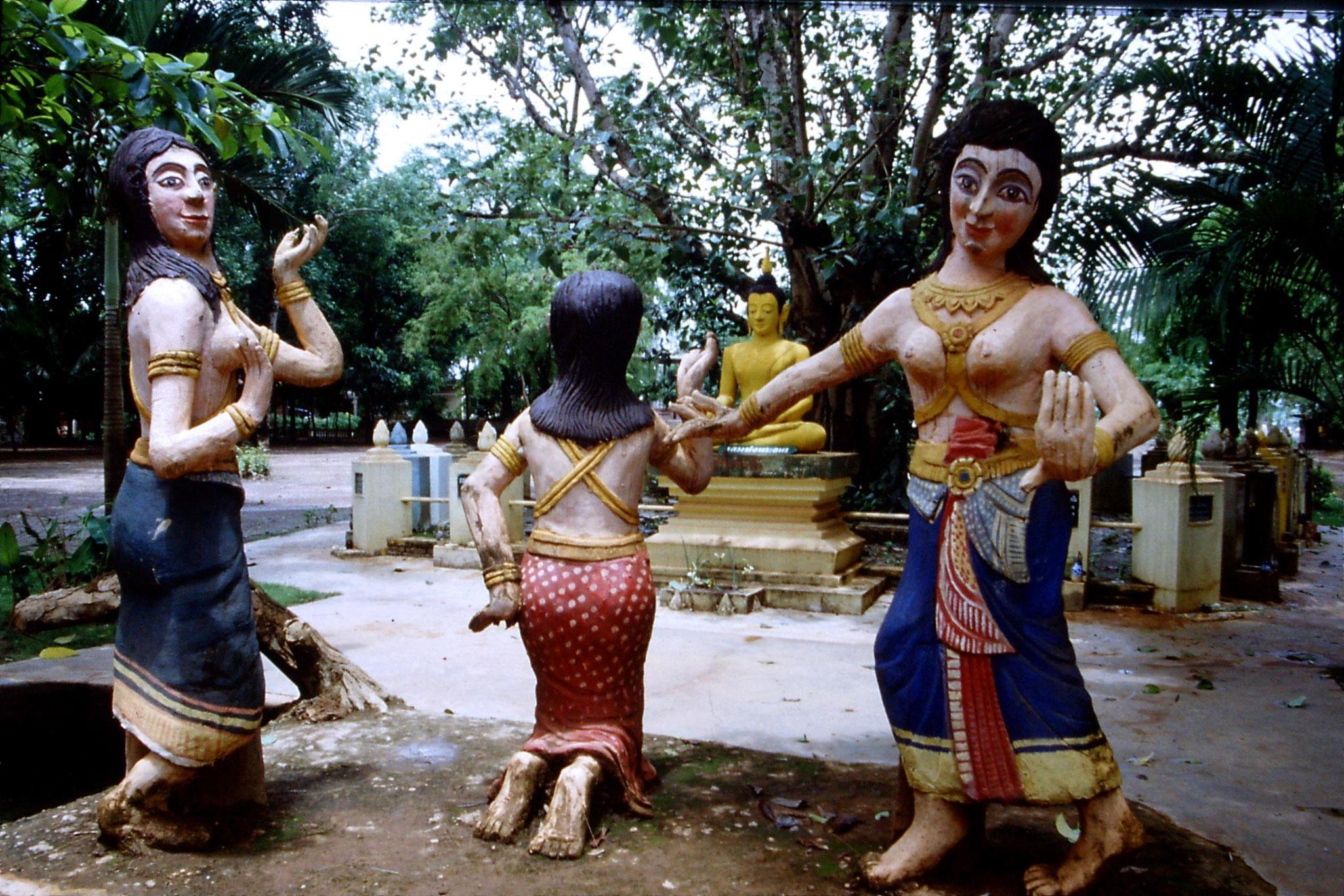 30/5/1990: 17: Nong Khai statues near Wat Kaeg