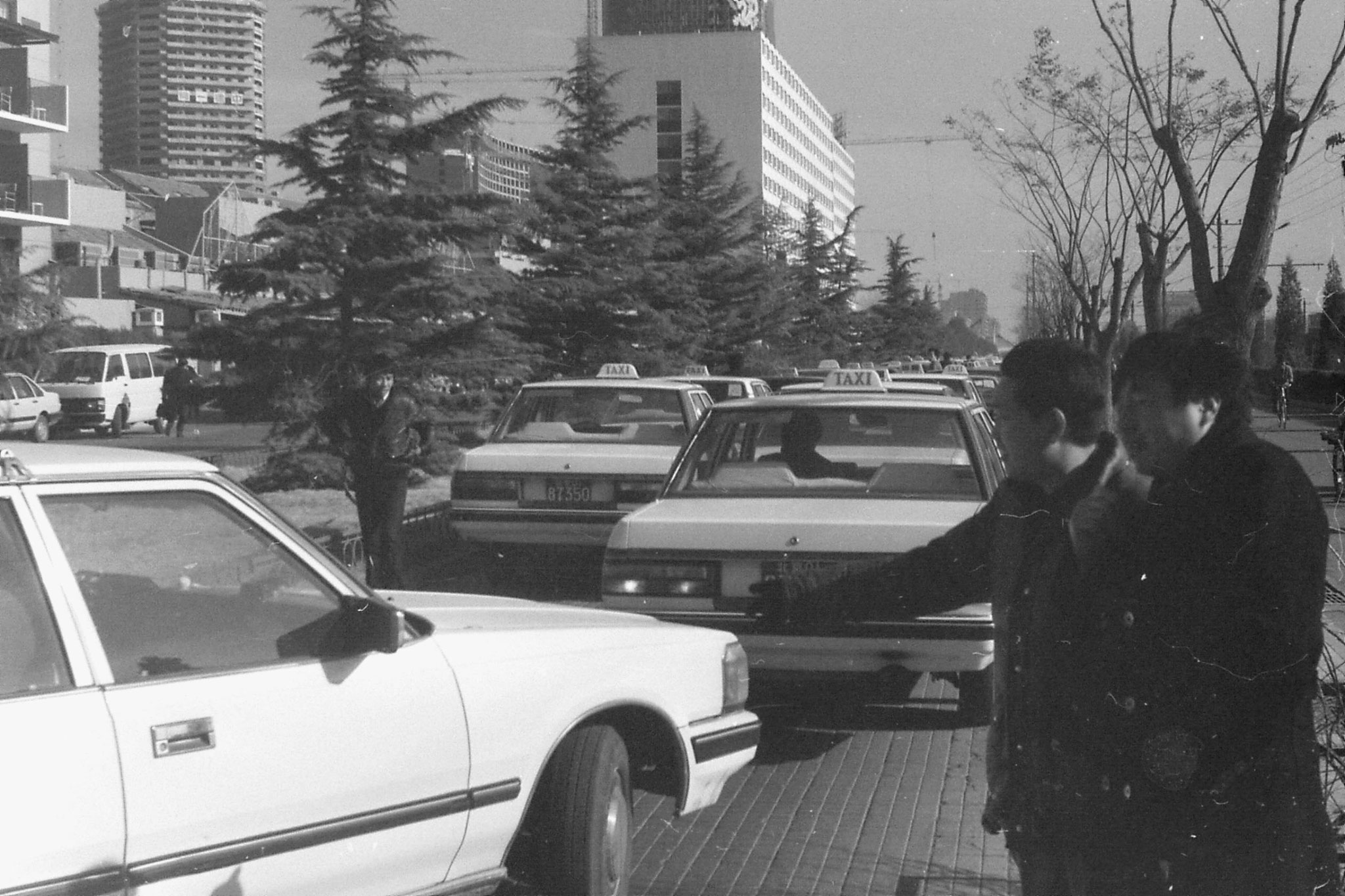 26/11/1988: 19: taxis in front of Jianguo Hotel