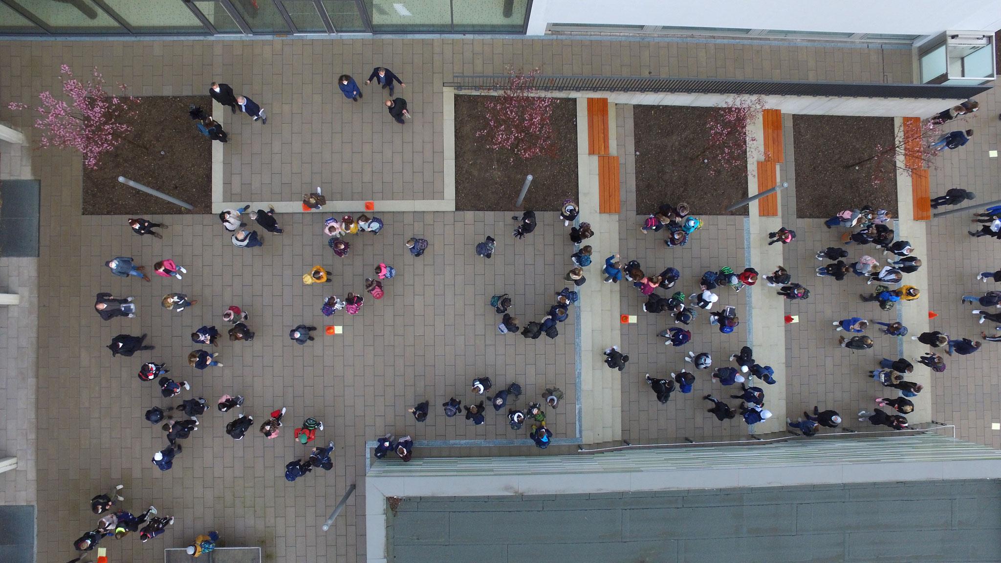 Die Schüler warten gespannt auf den Einlass.