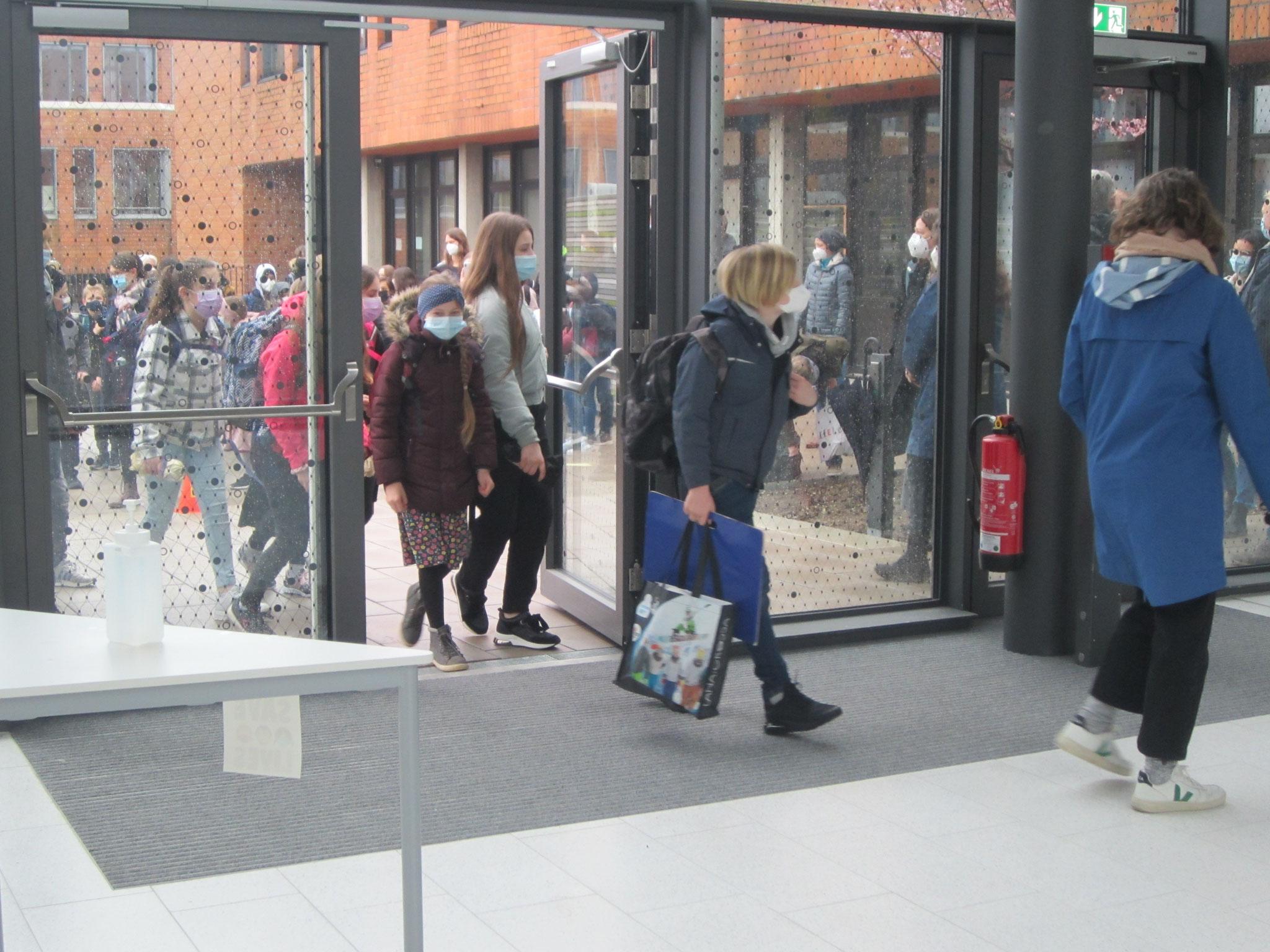Spannend: Mit großen Augen betreten Lehrer und Schüler das moderne Foyer.