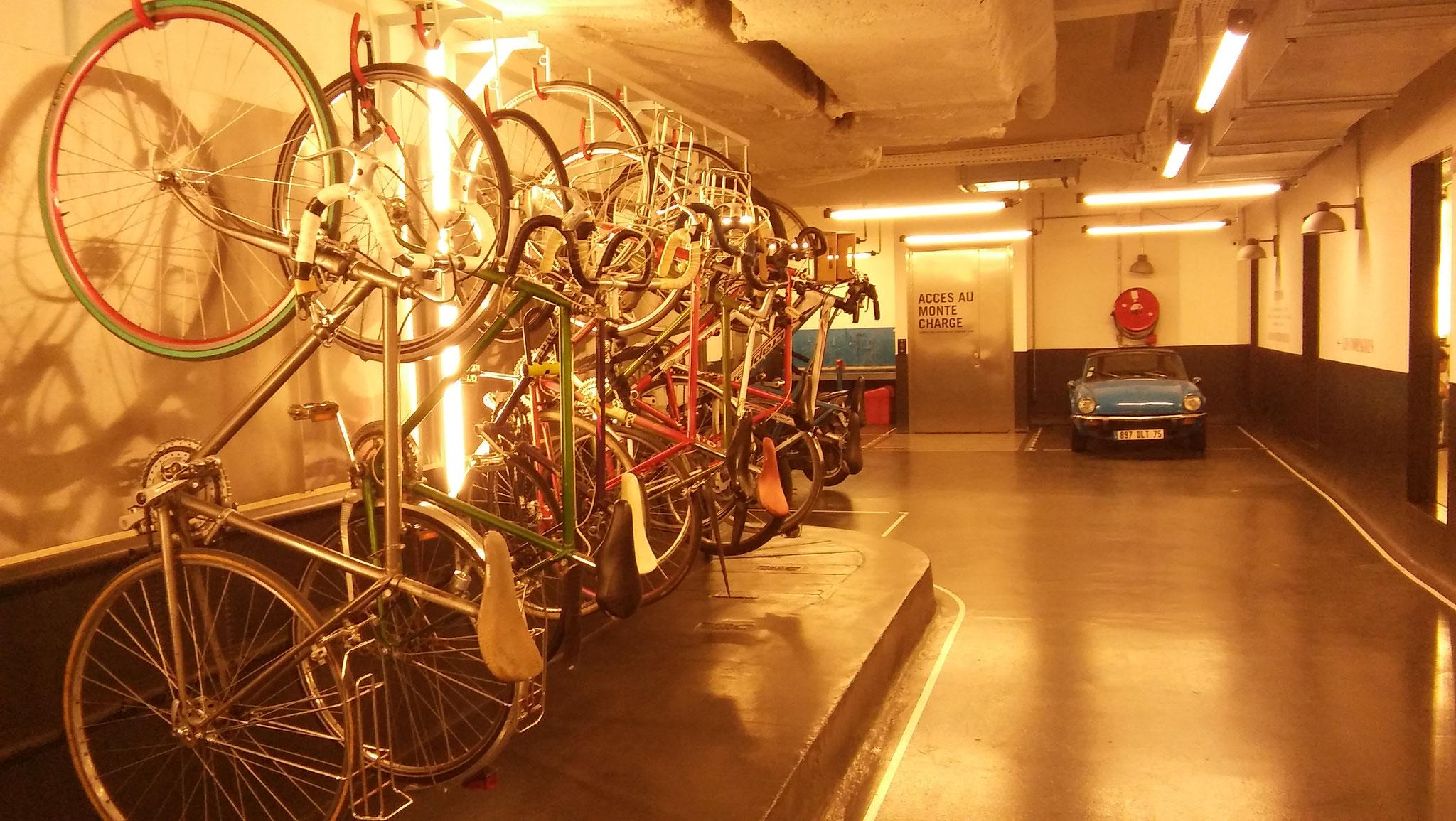 Au rez-de-chaussée de l'immeuble de Deliveroo, les vélos s'accrochent comme des cintres. Ambiance branchée du 10ème oblige