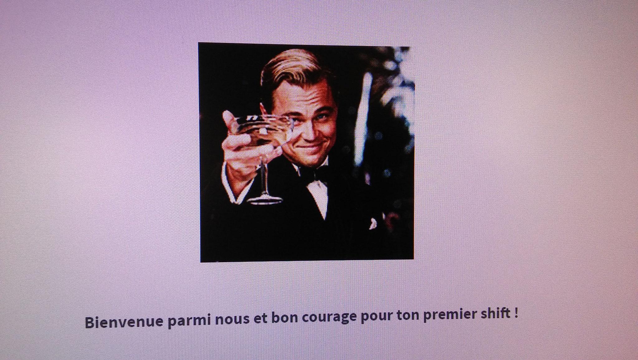 A la fin des questions, Leonardo di Caprio lève son verre pour saluer le nouveau livreur. Dans la salle, l'ambiance est moins détendue
