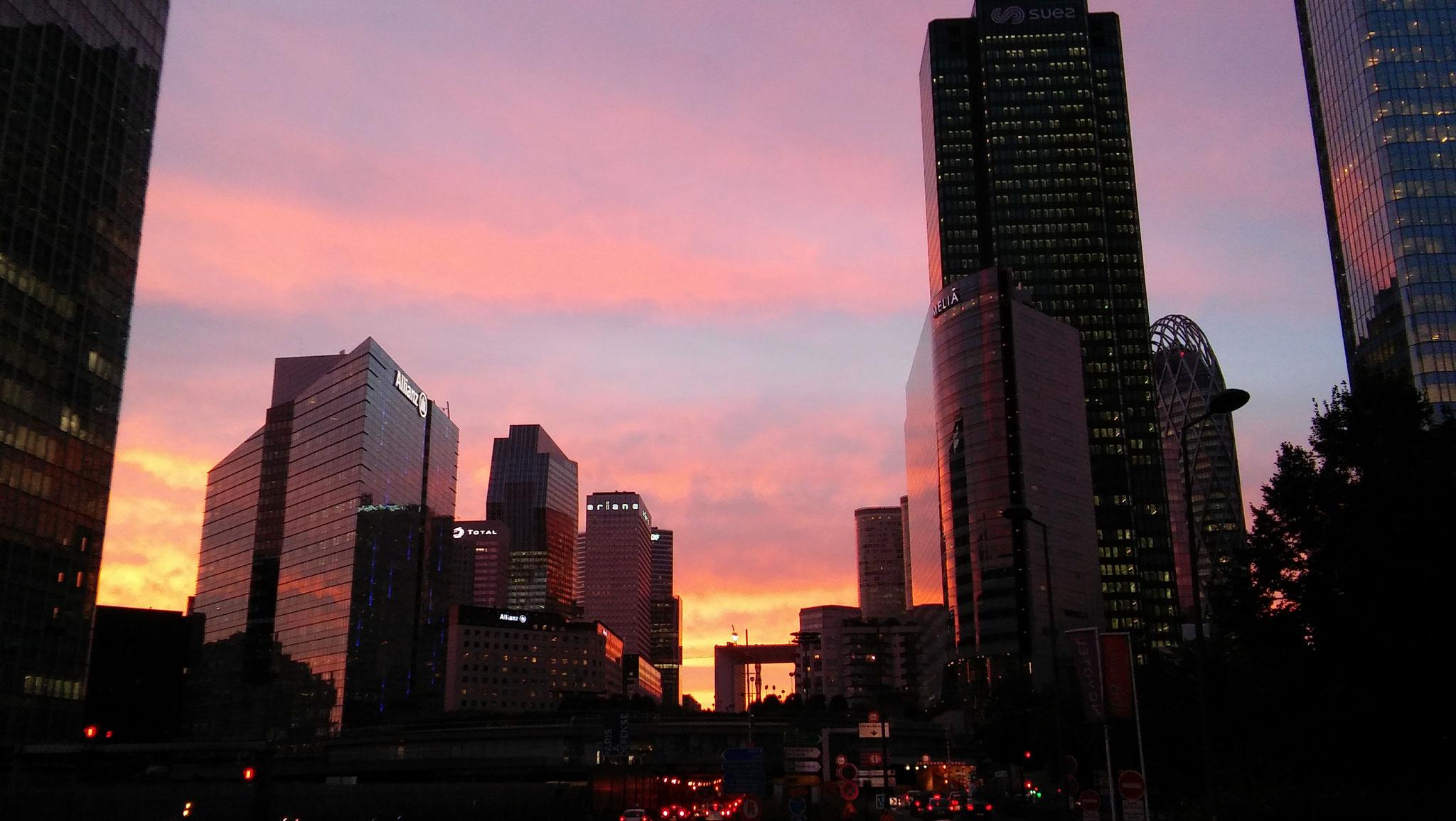 La Défense, ses échangeurs routiers, ses rues labyrinthiques, l'enfer du coursier. Excepté pour les couchers de soleil