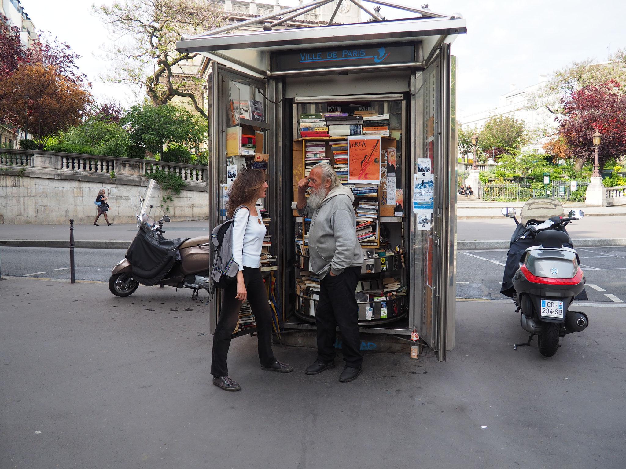 """Une habitante du quartier, habituée à lire les """"trésors"""" du kiosquier-libraire"""