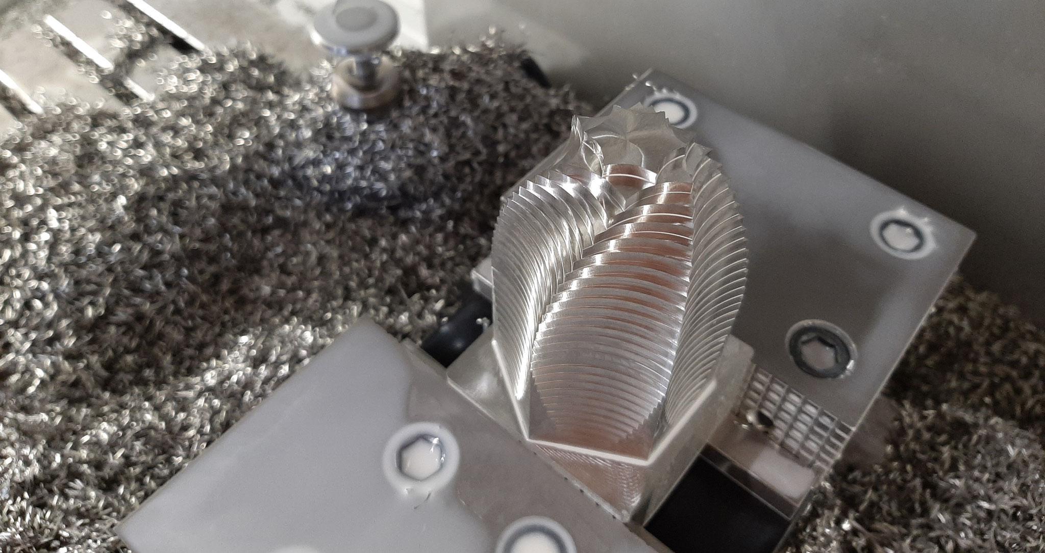 Eine Edelstahlflorence auf der CNC Fräsmaschine