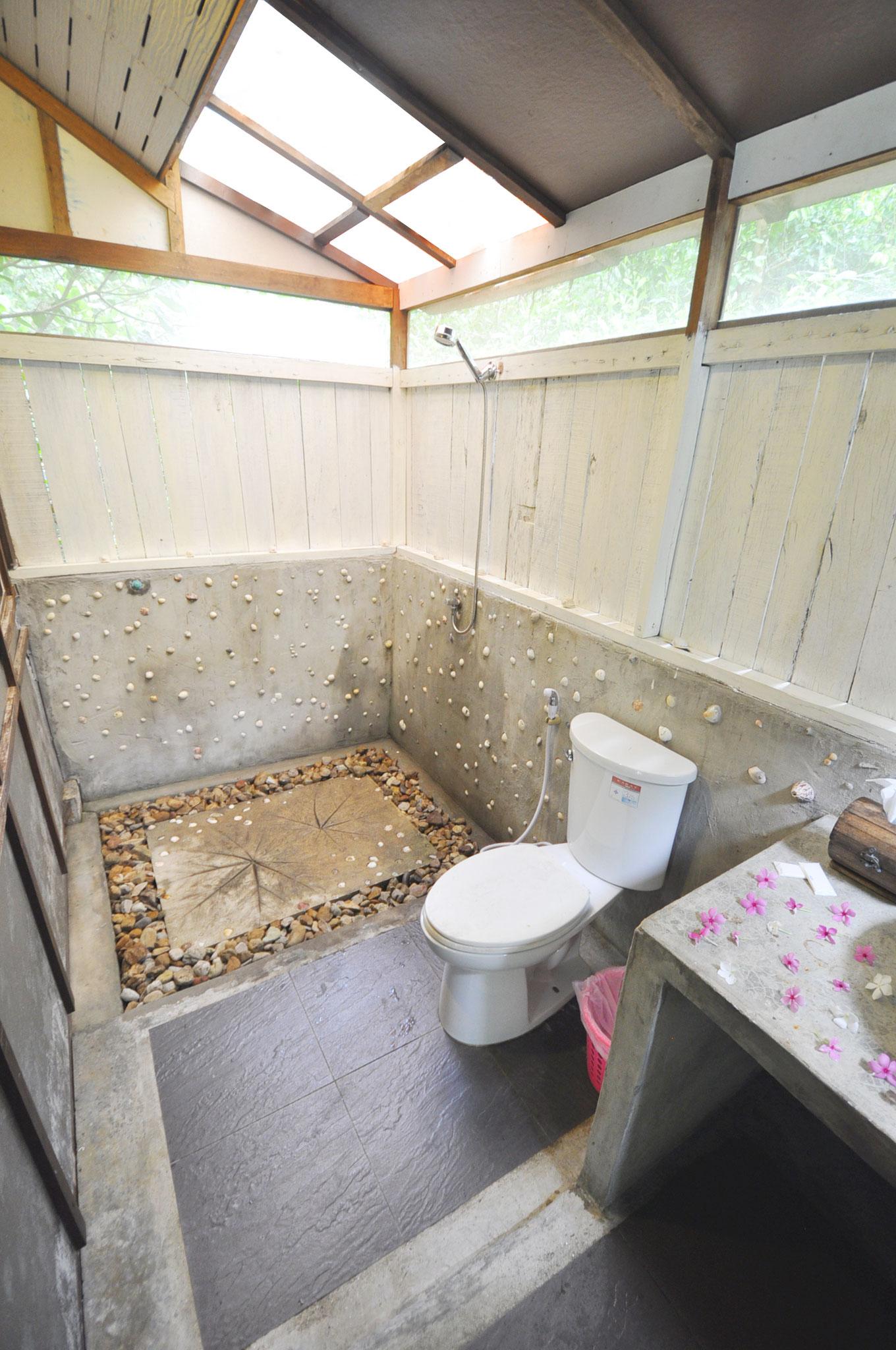Badezimmer mit Mosquitonetz