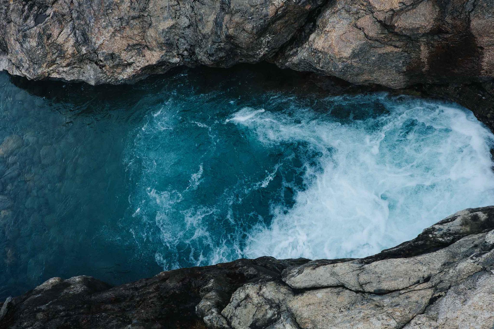 Gletscherwasser stürzt ins Tal hinab