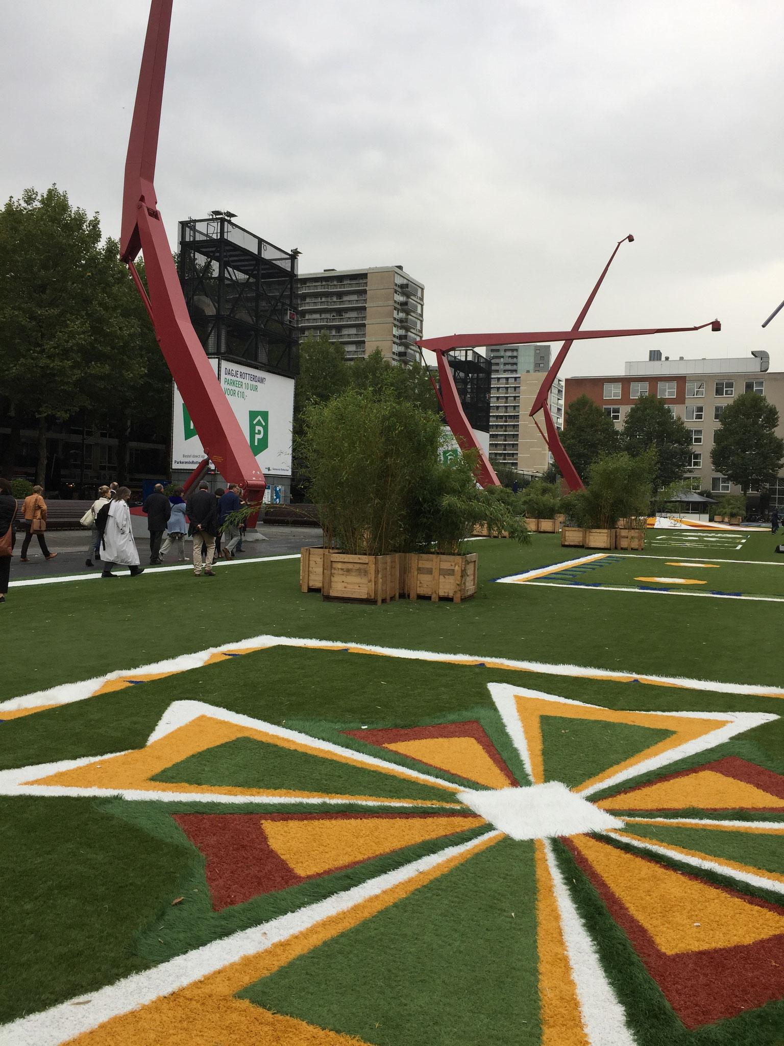 Kunststoffrasen auf einem innerstädtischen Platz über einer TG
