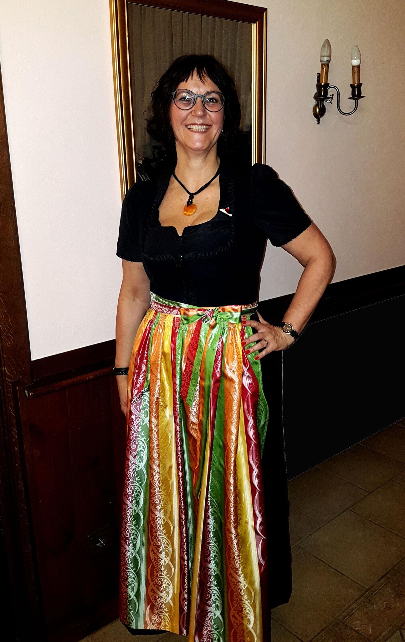 Frau Mag. Elisabeth Lind in einem wunderschönen Festdirndl mit Seidenschürze. Die Therapeutin bietet in Ihrer Praxis Wohlbefinden von innen und aussen :)