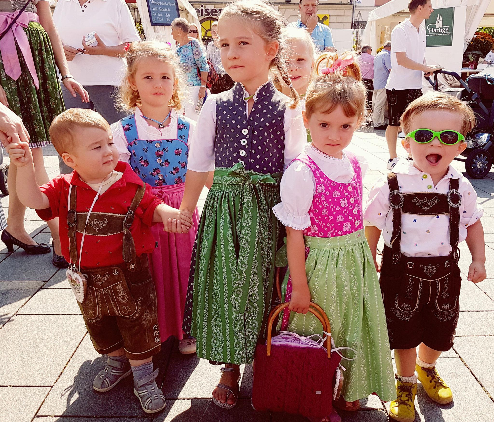 Kindertracht aus der Rosengasse 14 - vor der Modeschau am Hauptplatz
