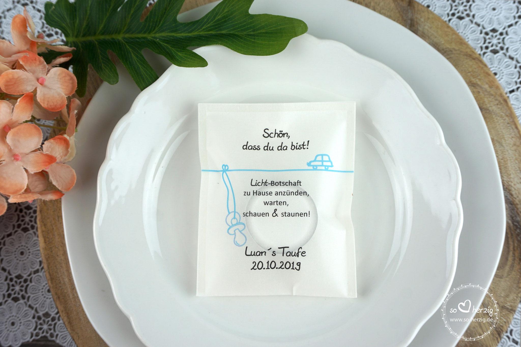 """Licht-Botschaft """"Verpackung als Platzkarte"""", Design """"Auto"""" Hellblau, Schrift Julius B Thyssen"""