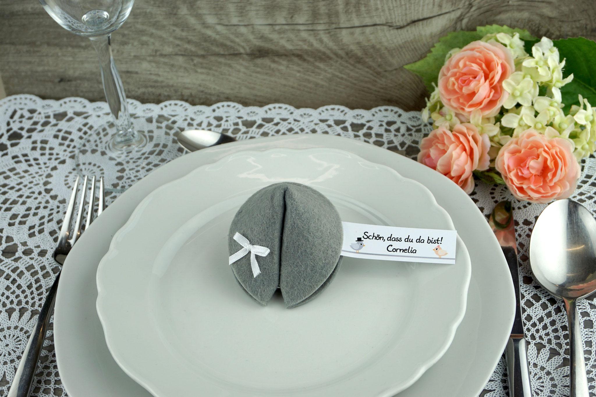 Filzkeks klein 6,2 cm, Grau, Fähnchen Hochzeitsvögel