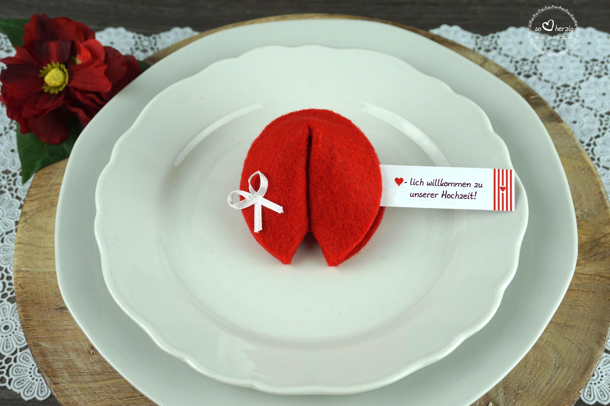 "Filzkeks rot, Fähnchen Design ""Herzband"""