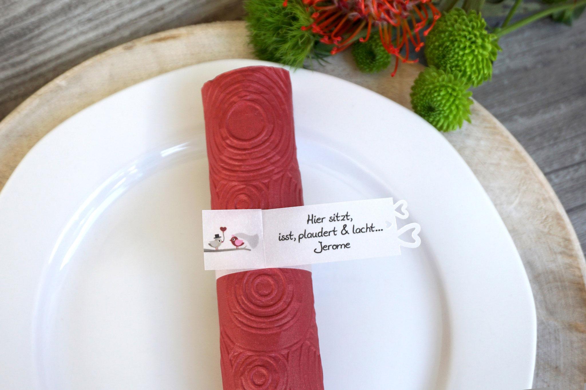 Serviettenring als Platzkarte, Design Hochzeitsvögel Bordeaux, Ausstanzung Herzrand